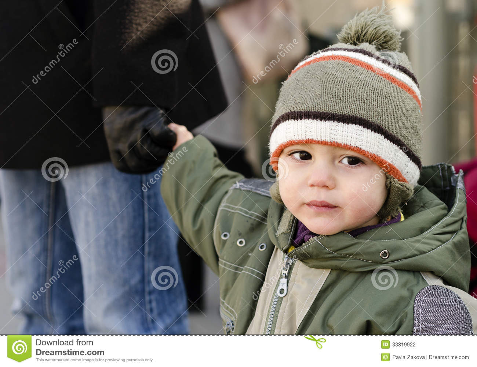 La mano del padre della tenuta del bambino