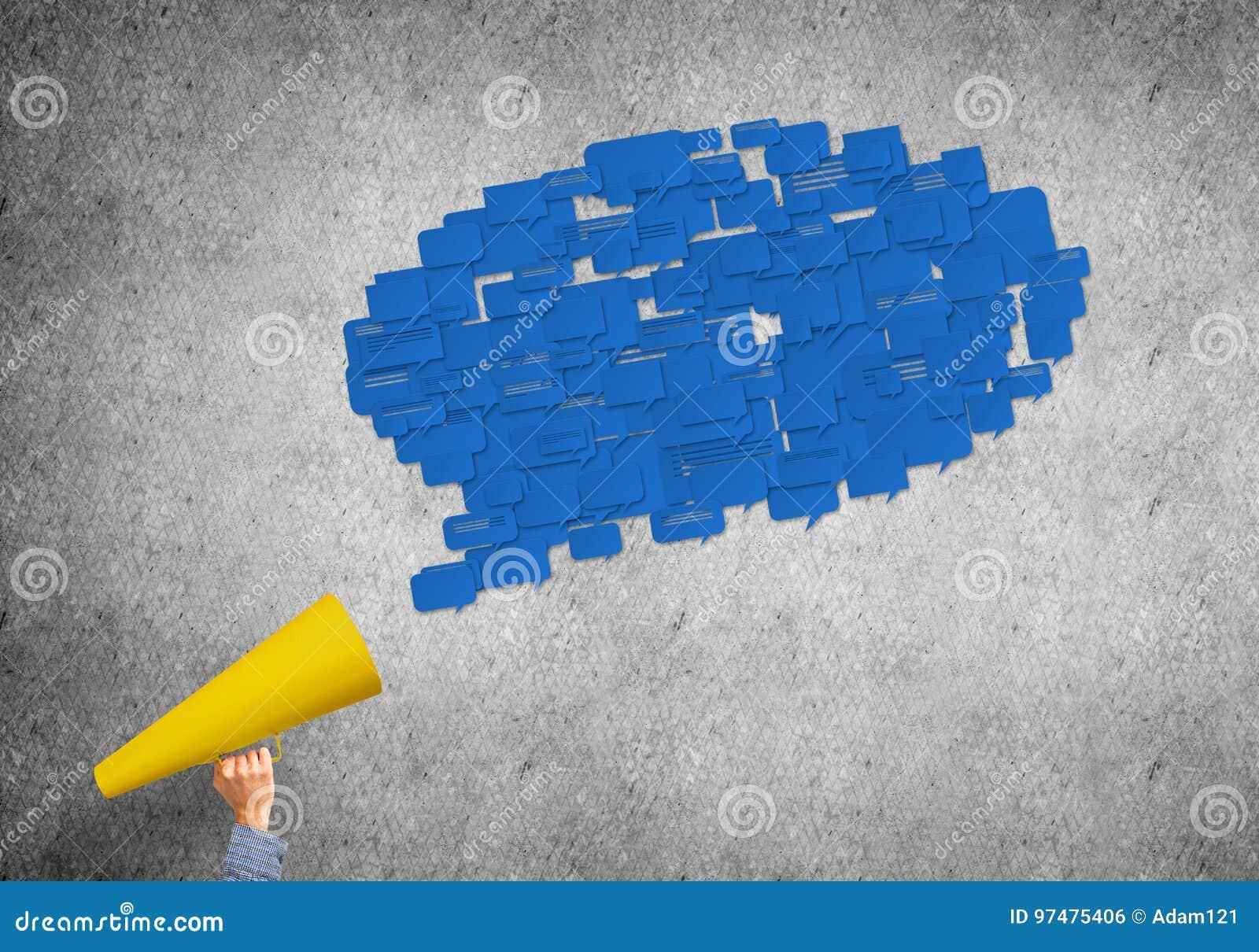 La mano della donna che tengono la tromba del Libro Verde ed il discorso si appannano uscire