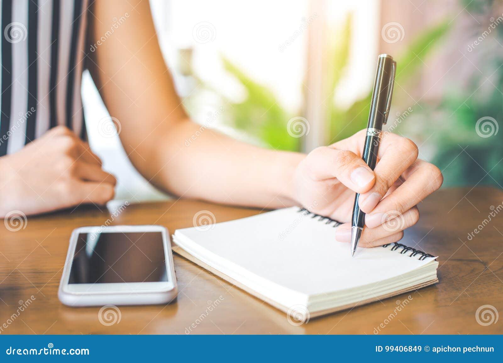 Scrivendo un profilo di appuntamenti per una donna