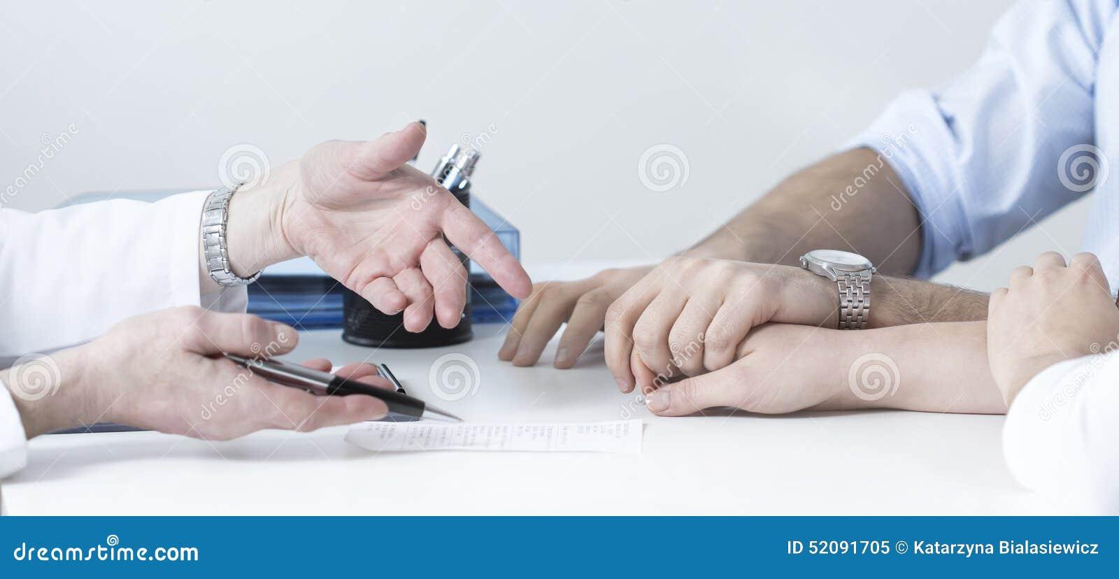 La mano della moglie della tenuta del marito
