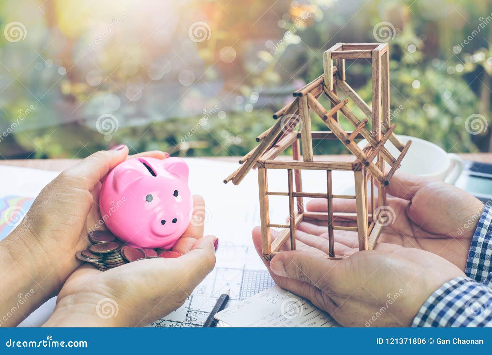 La mano di una donna che tiene un porcellino salvadanaio e una moneta nella sua mano e nelle mani degli uomini che stanno tenendo