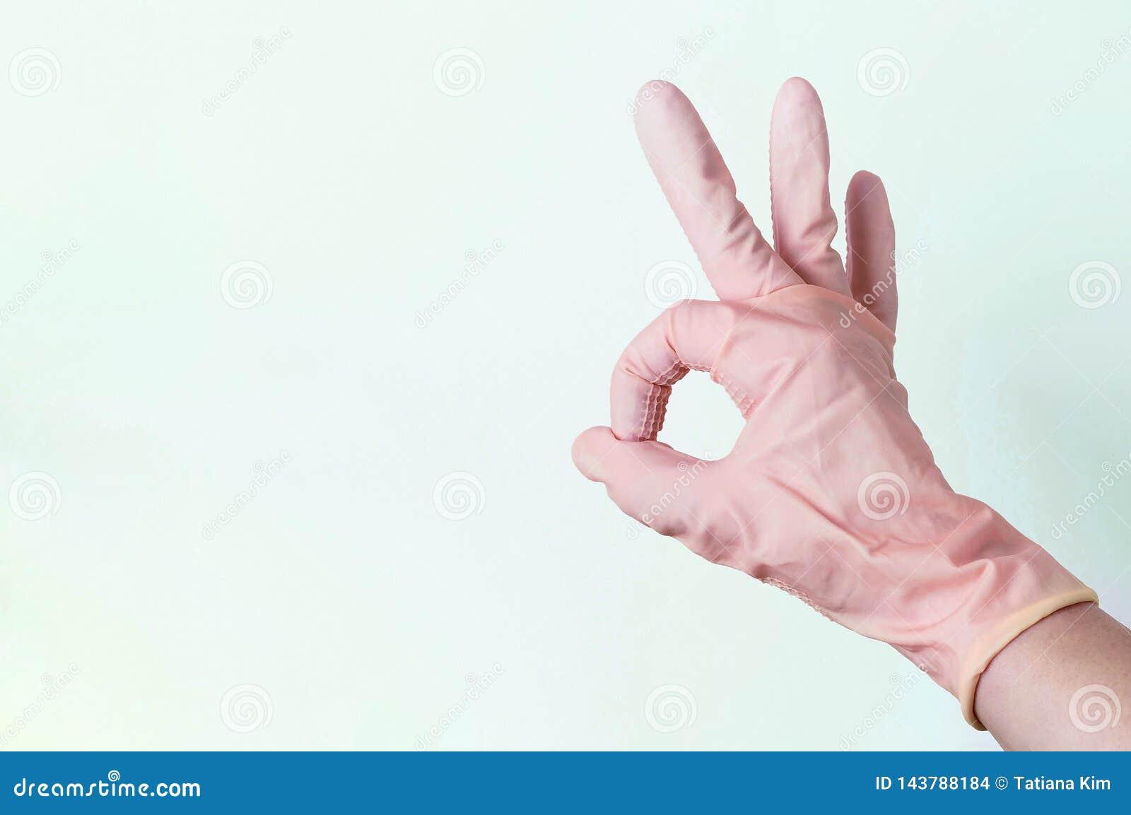 La mano femenina en los guantes de goma muestra la AUTORIZACIÓN de la muestra en un fondo blanco