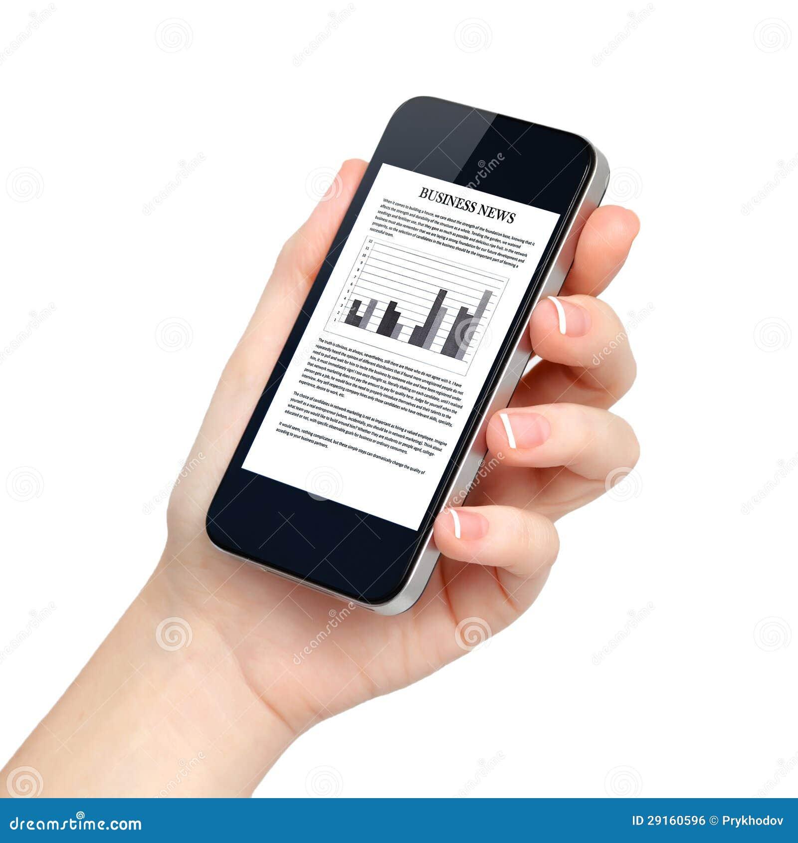 La mano femminile isolata tiene il telefono con notizie dal mondo degli affari sullo scree