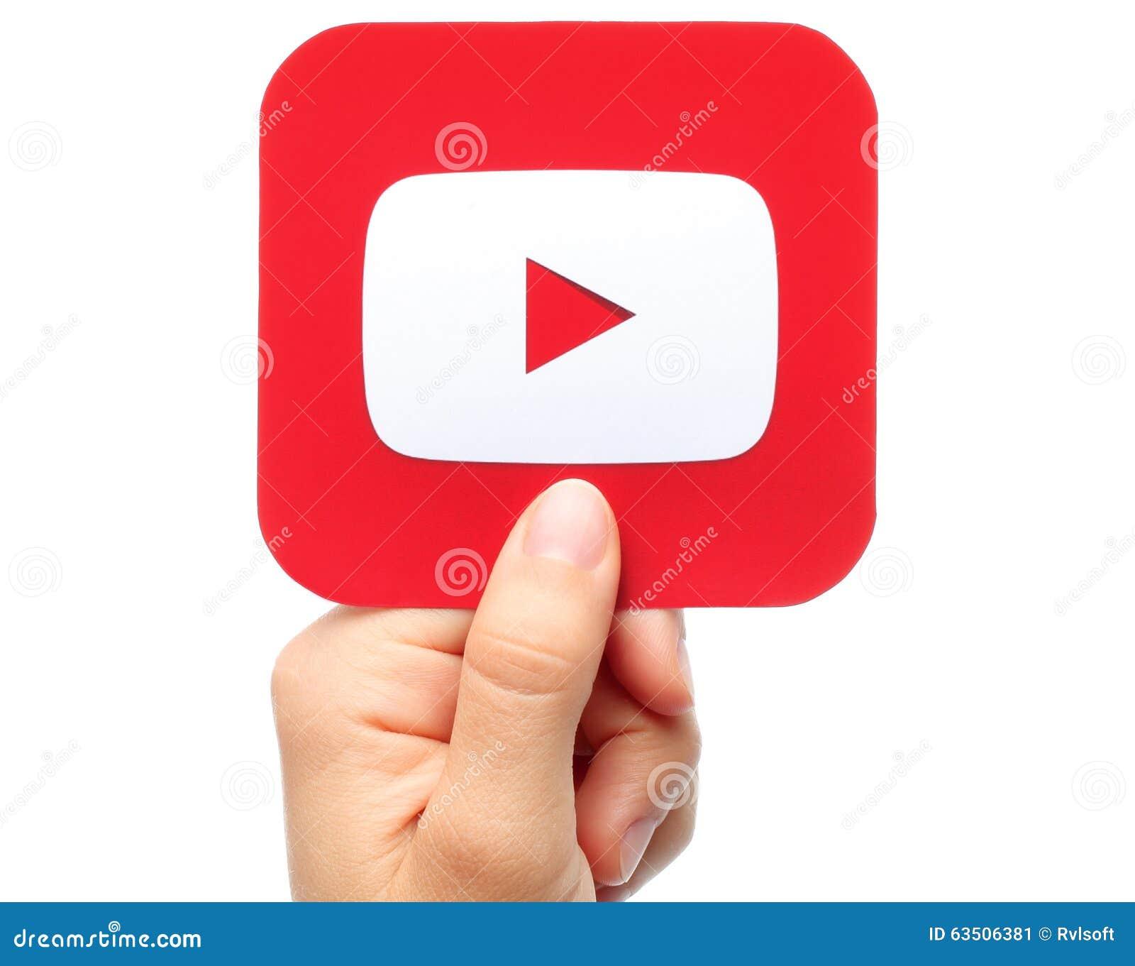 La mano lleva a cabo el icono de YouTube