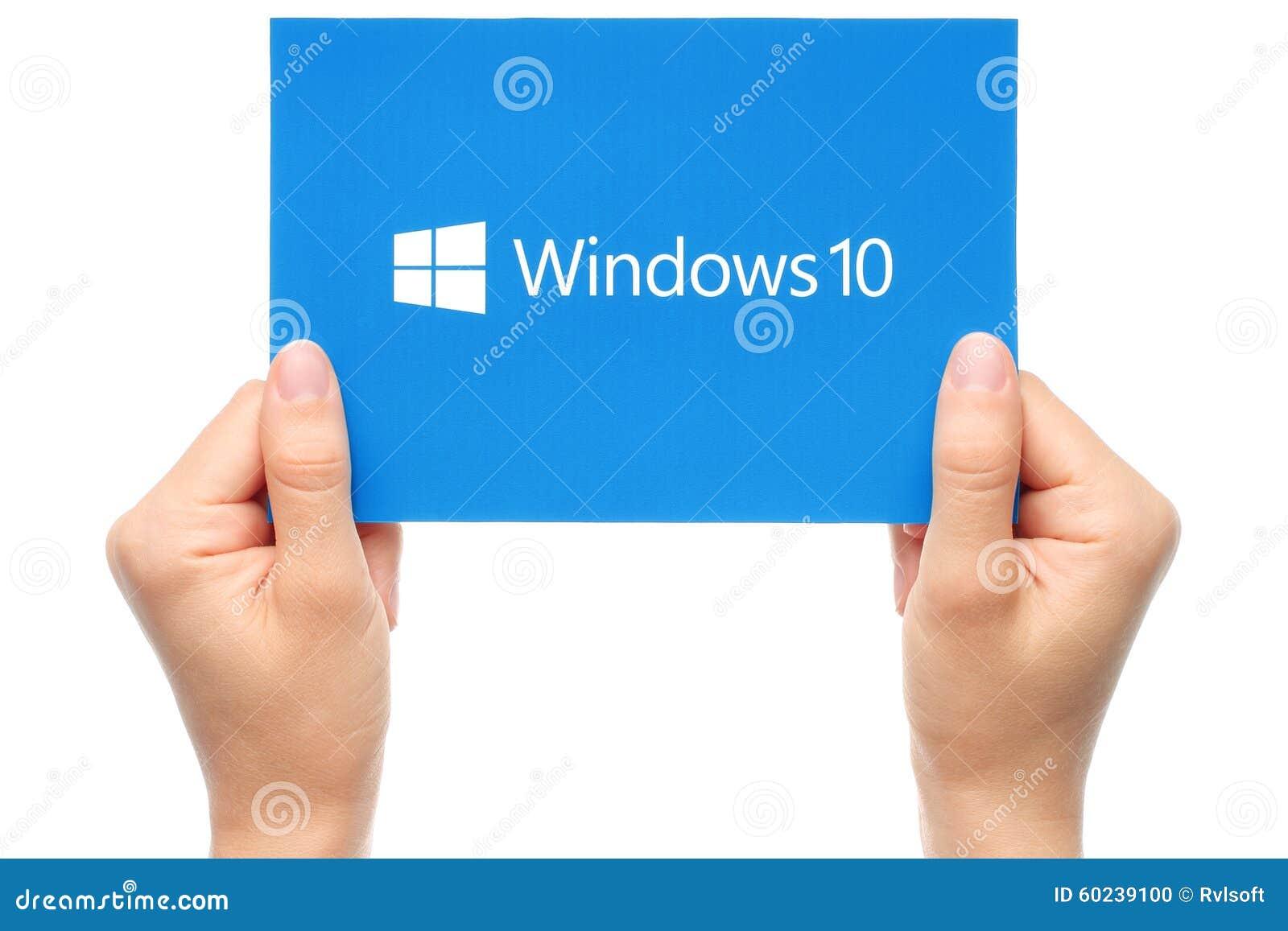 La mano lleva a cabo el logotipo de Windows 10