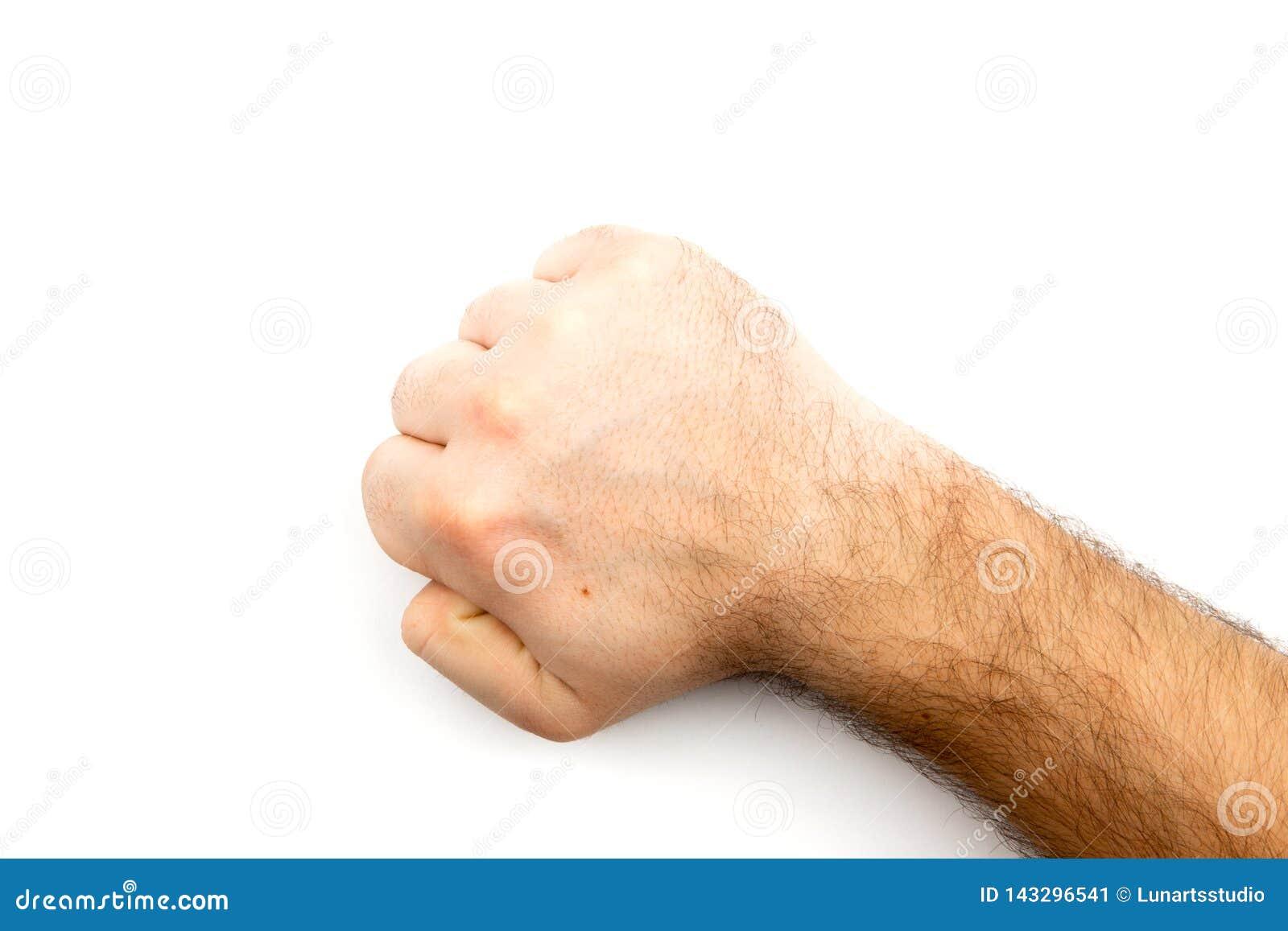 La mano pelosa maschio mostra il pugno che simbolizza il pericolo, il crimine, colpo, lotta isolato su fondo bianco