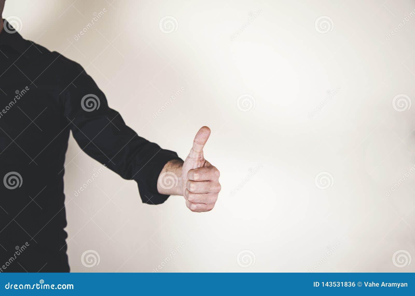 La mano que muestra los pulgares sube la muestra
