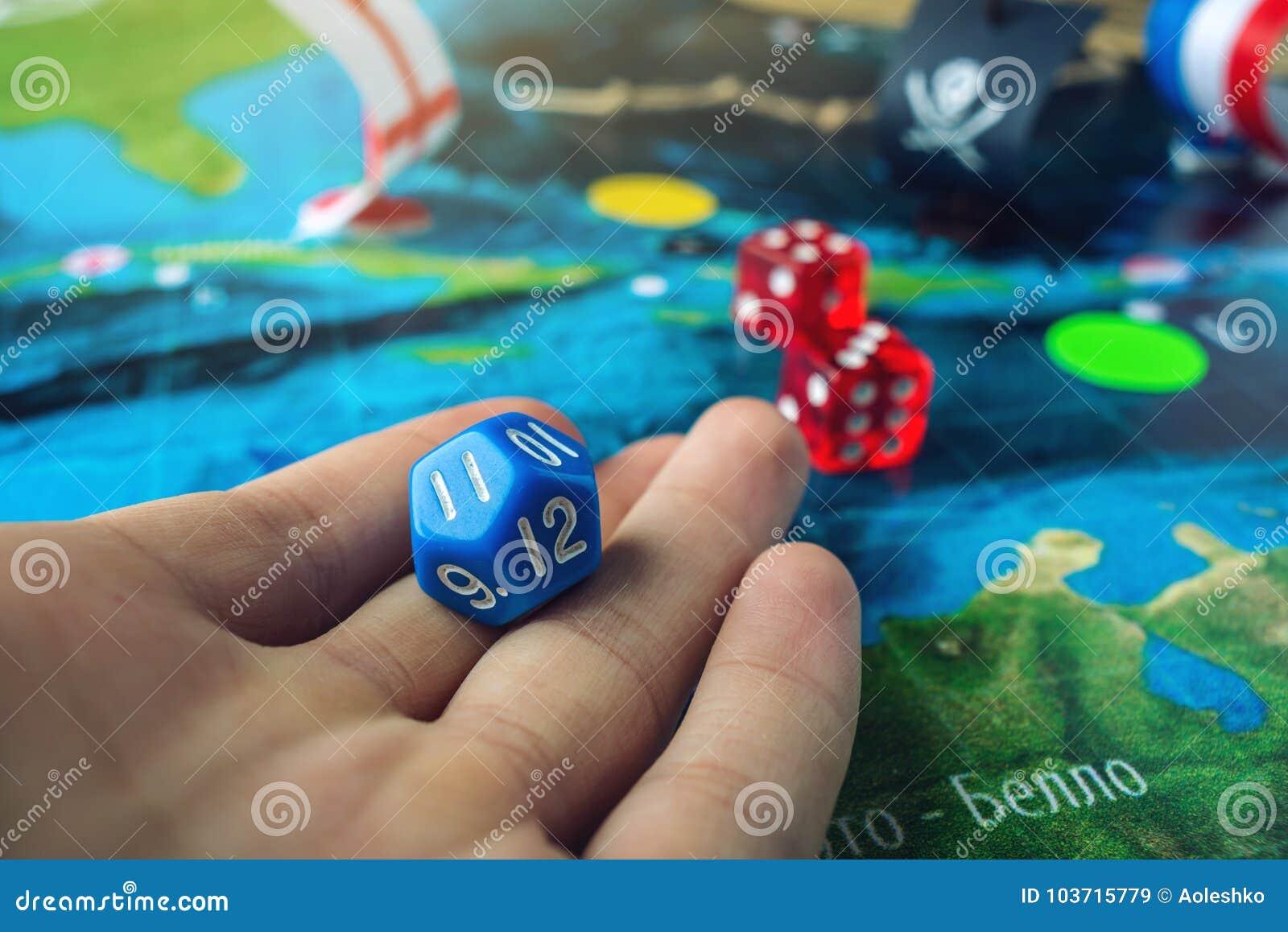 La Mano Rueda Los Dados Azules En El Mapa Del Mundo De Los Juegos De