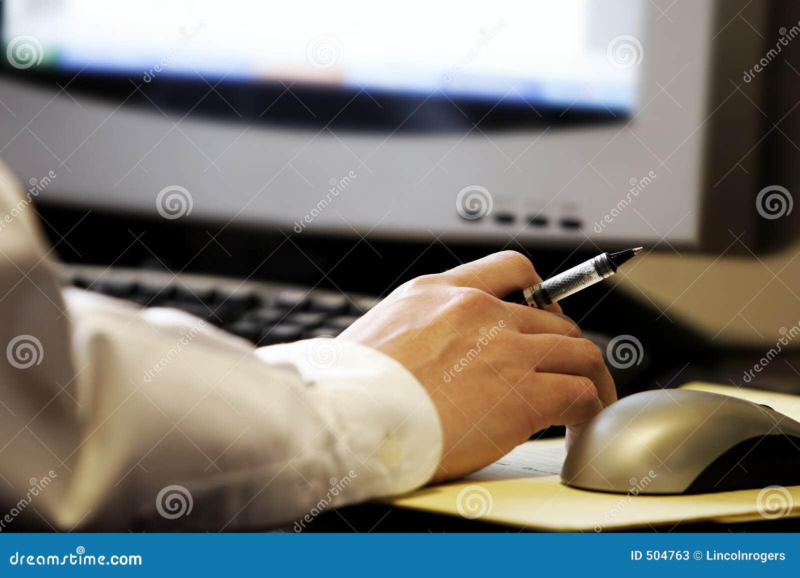 La mano scrive il calcolatore
