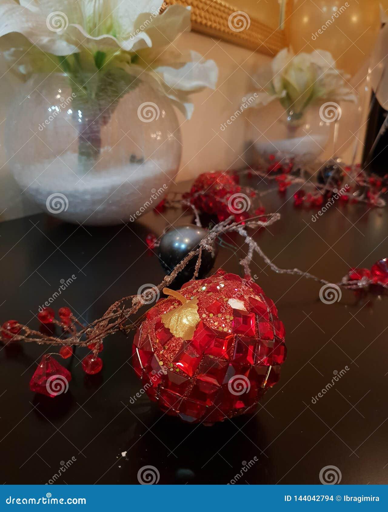 La manzana preciosa de la Navidad mágica está en la tabla