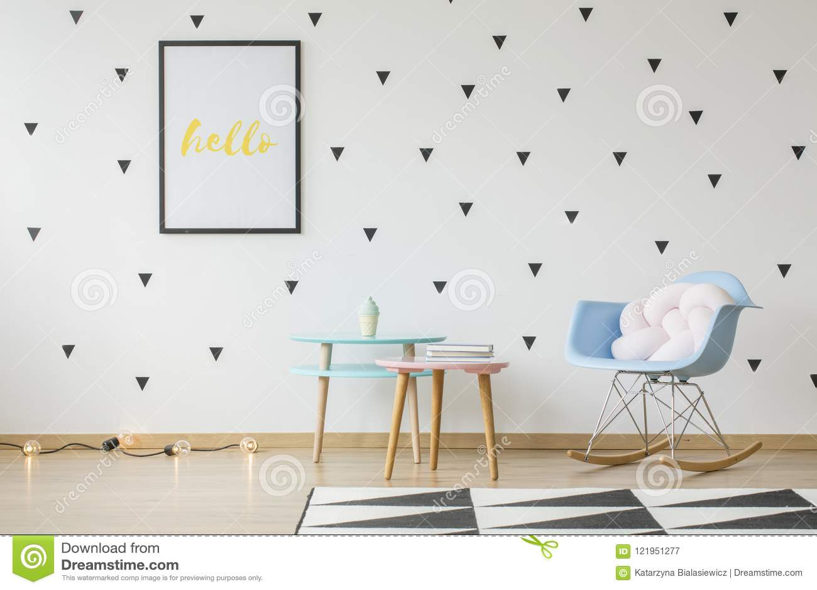 La maqueta del cartel en la pared con los triángulos wallpaper en niño brillante