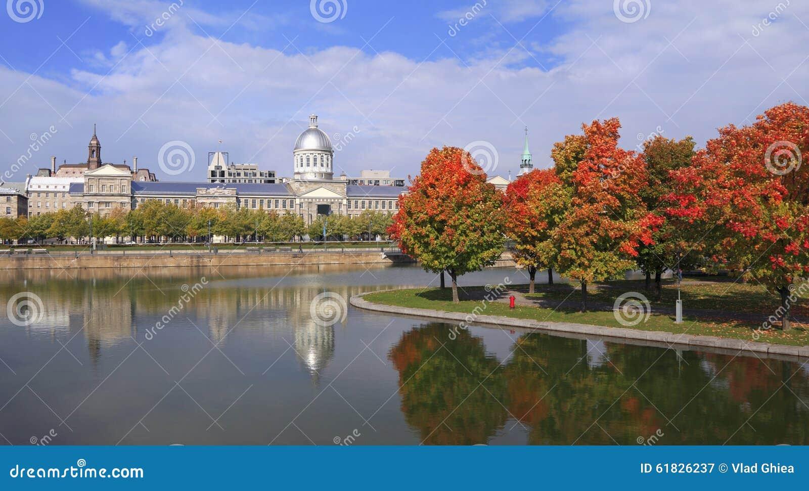 La Marche Bonsecours, ville hôtel de Montréal en automne