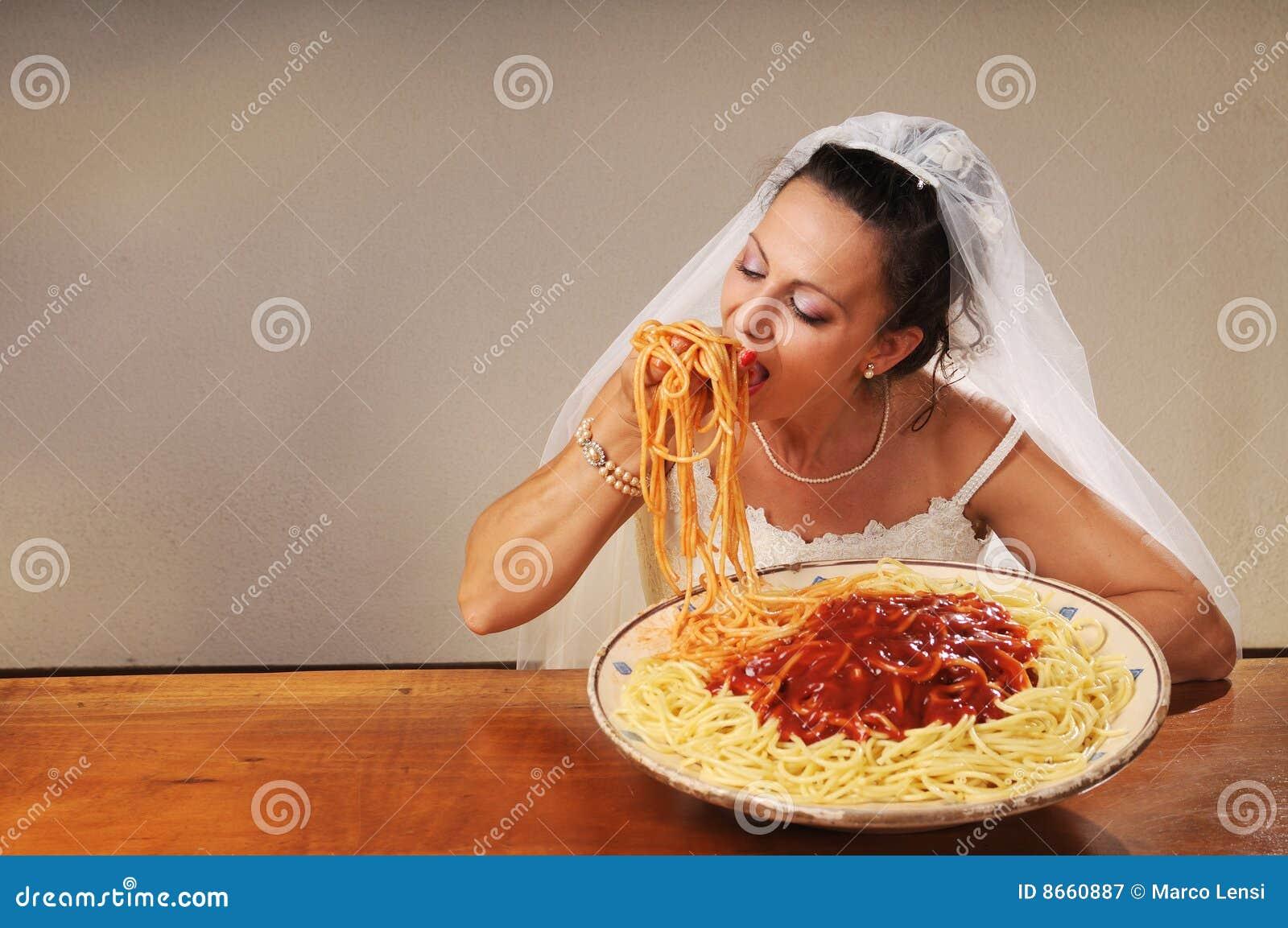 La mariée mange des spaghetti
