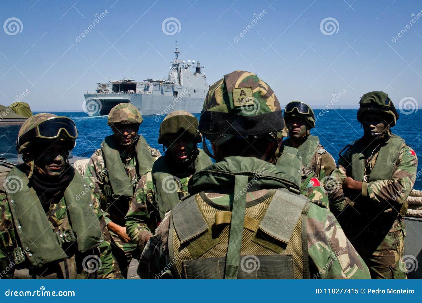 La marina de guerra española conduce ejercicios navales