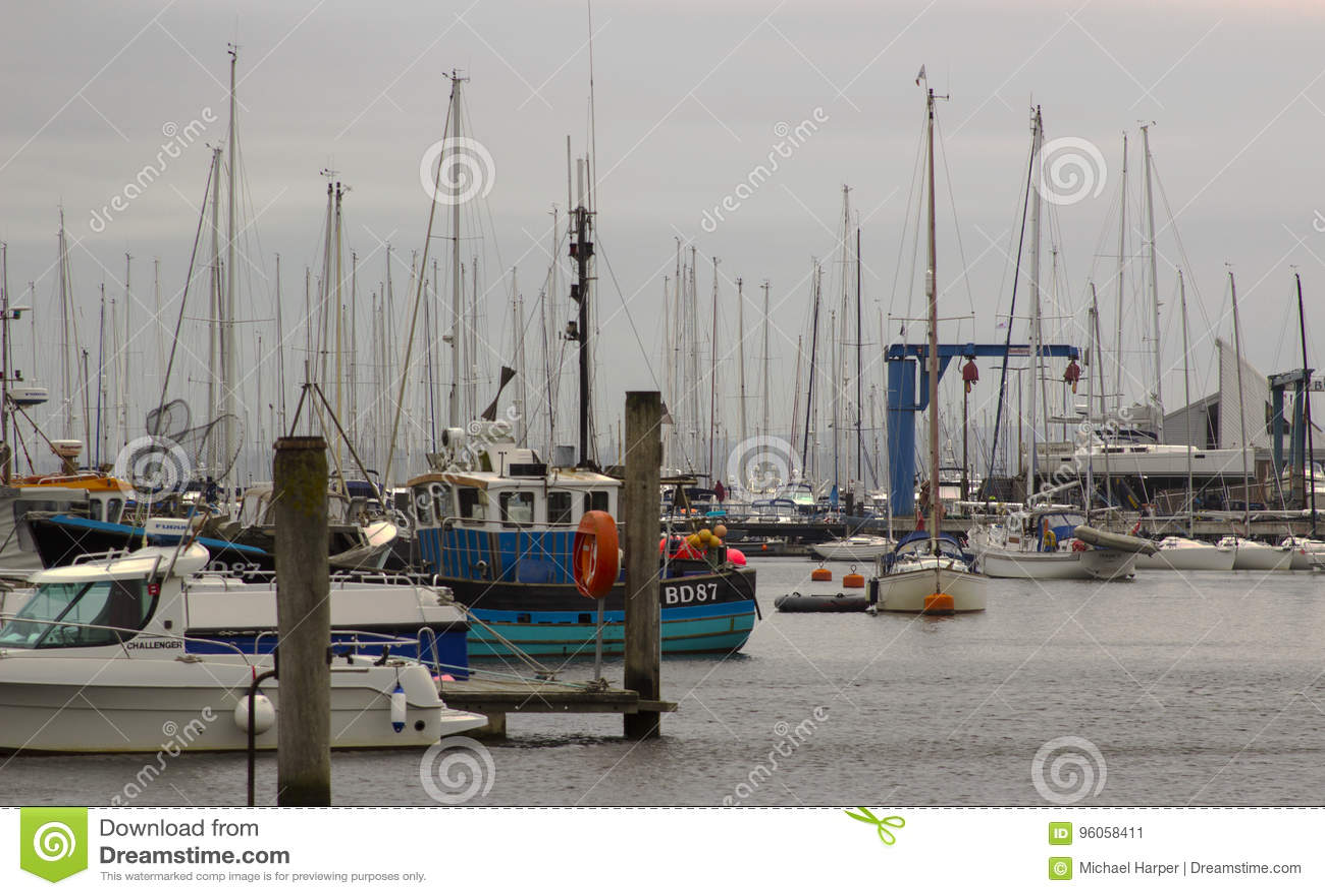 La marina fourrée à la maison de port de Lymington au club de yacht royal de Lymington Pris un jour gris mat du ` s d été en juin