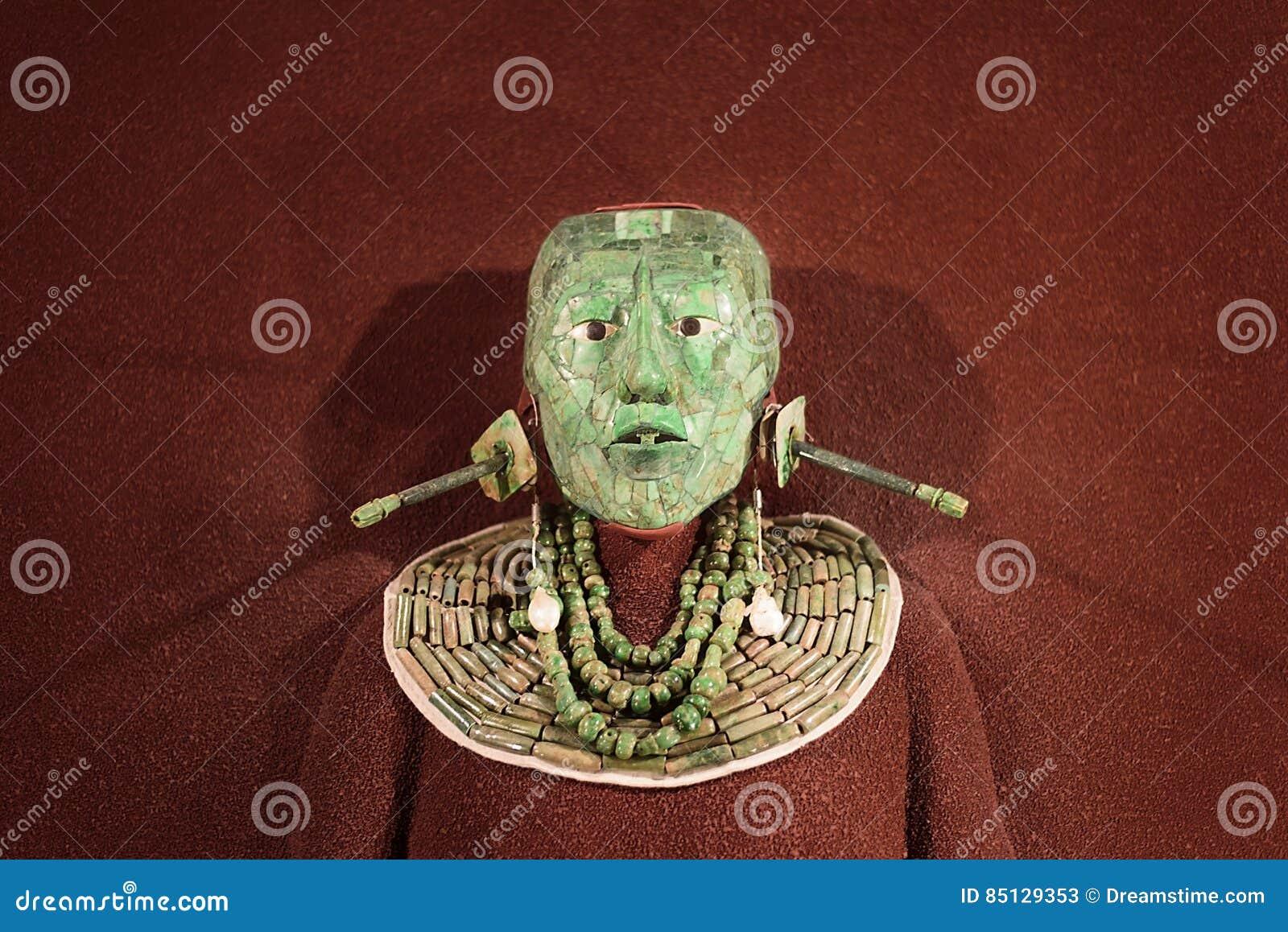 La maschera funerea del mosaico della giada ed i gioielli hanno trovato nella tomba di re maya Pakal da Palenque, il museo nazion