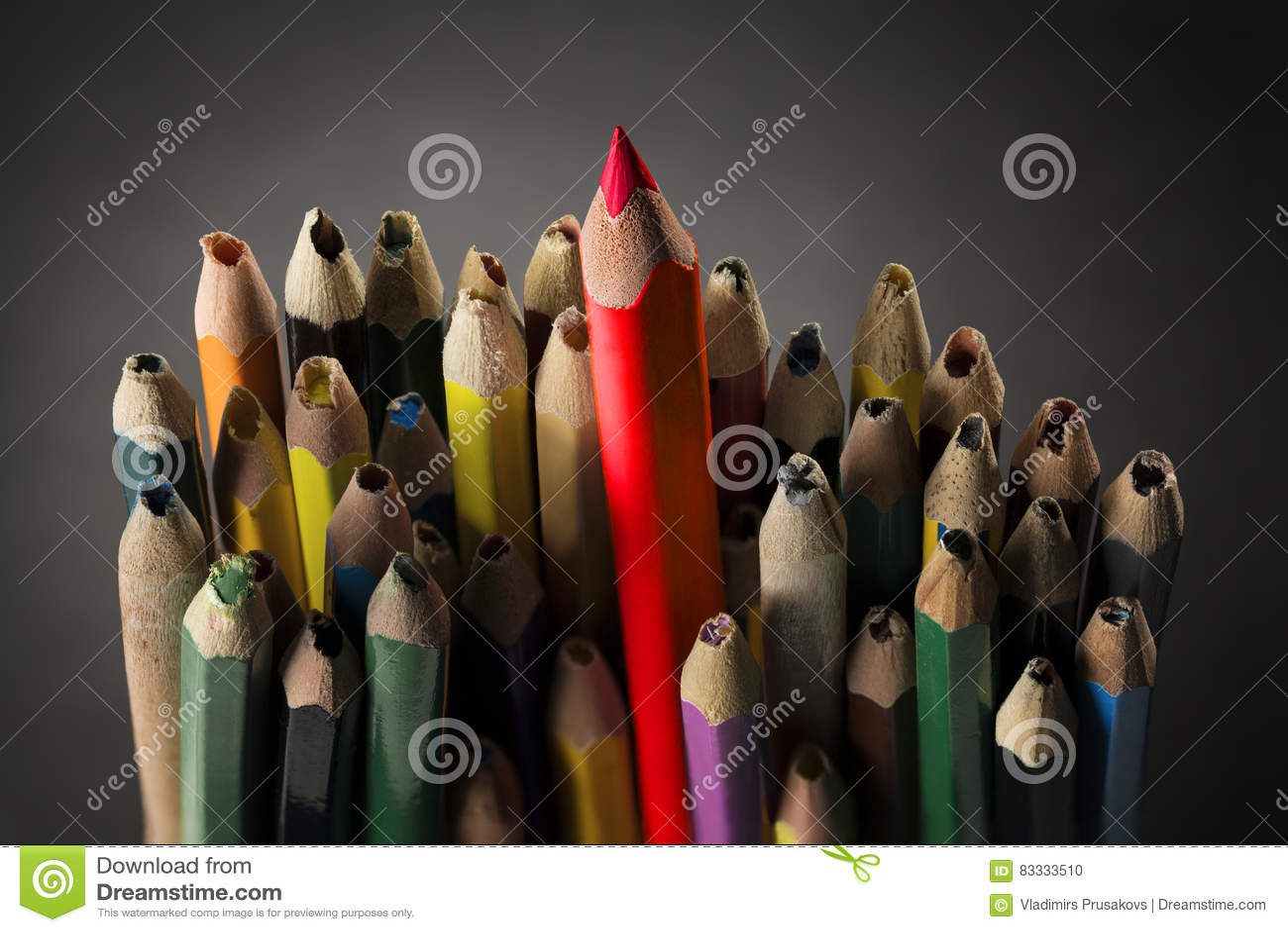 La matita ispira il concetto, idea creativa tagliente, matite tagliate utilizzate