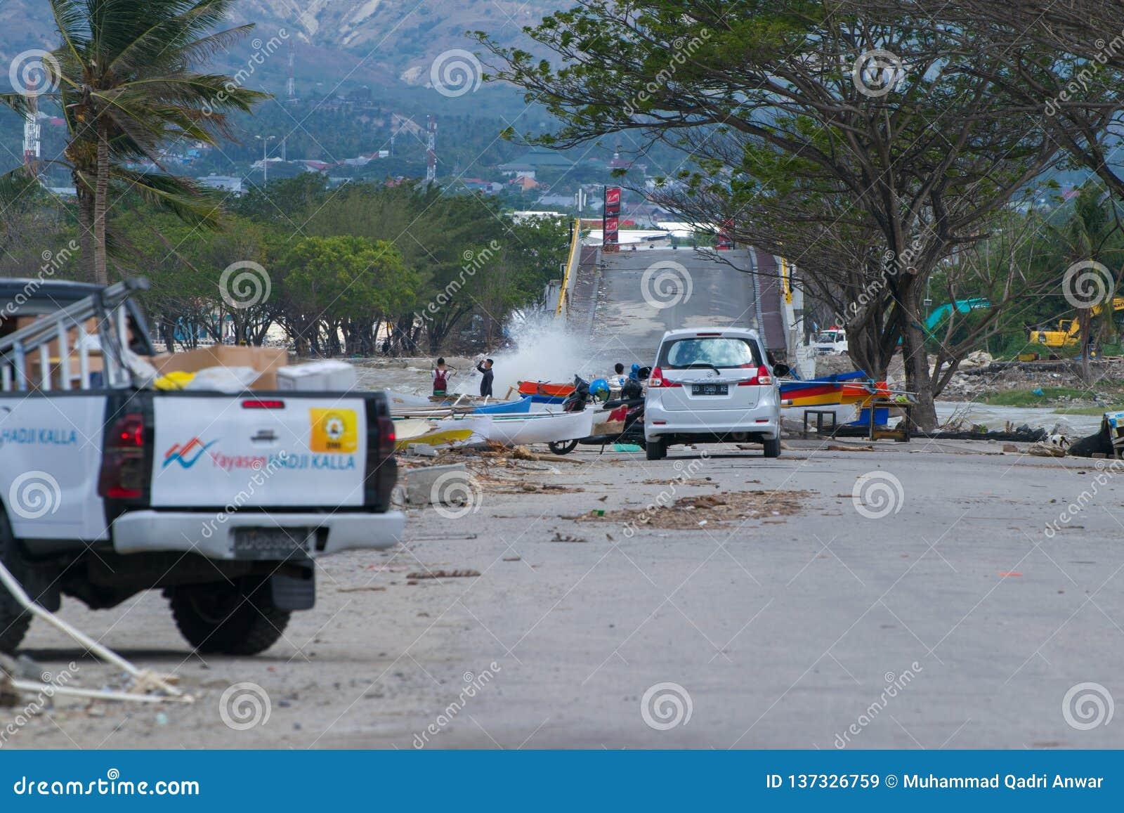 La mayoría del puente icónico en Palu Still Being Tourist Attraction después del tsunami