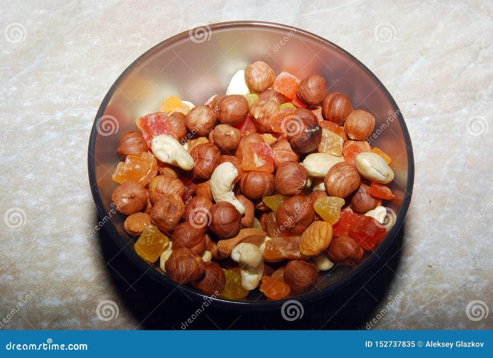 La mezcla de nueces y de la fruta escarchada