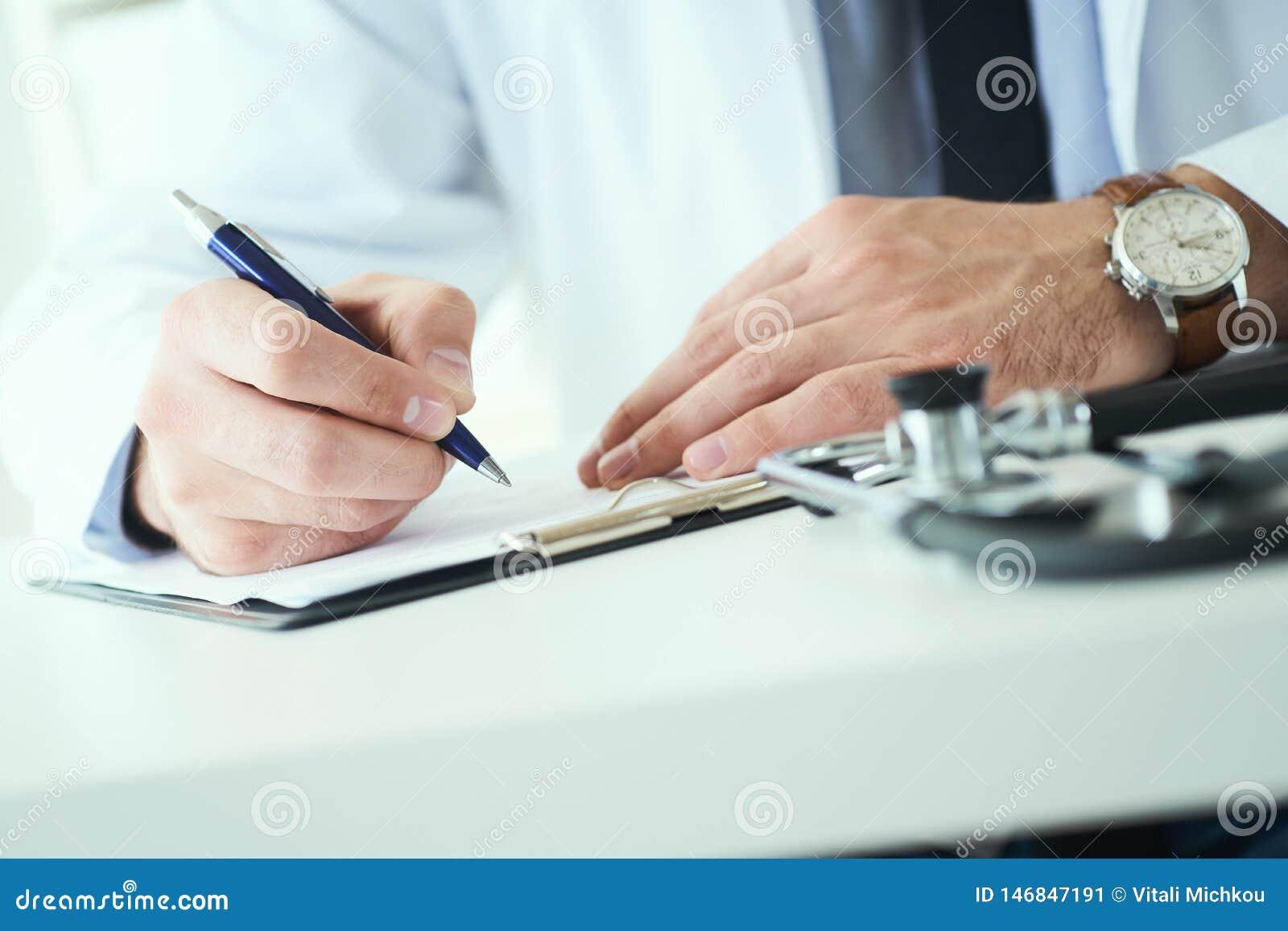 La mi section de l inscription masculine de docteur ?crivent la prescription au patient ? la table de travail Panac?e et ?conomie