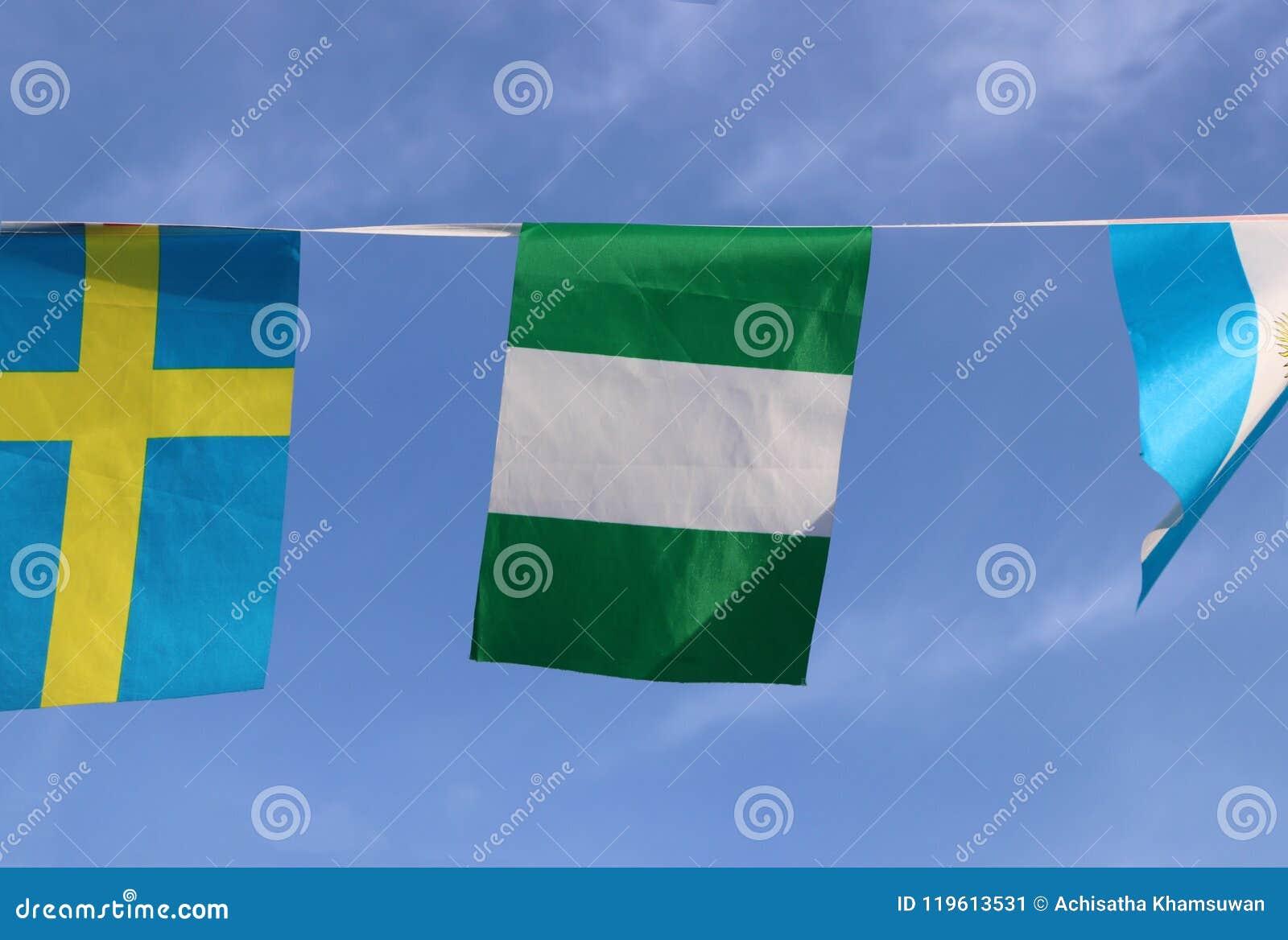 La mini bandera del carril de la tela de Nigeria, la bandera tiene tres bandas verticales de verde, blancas, verde