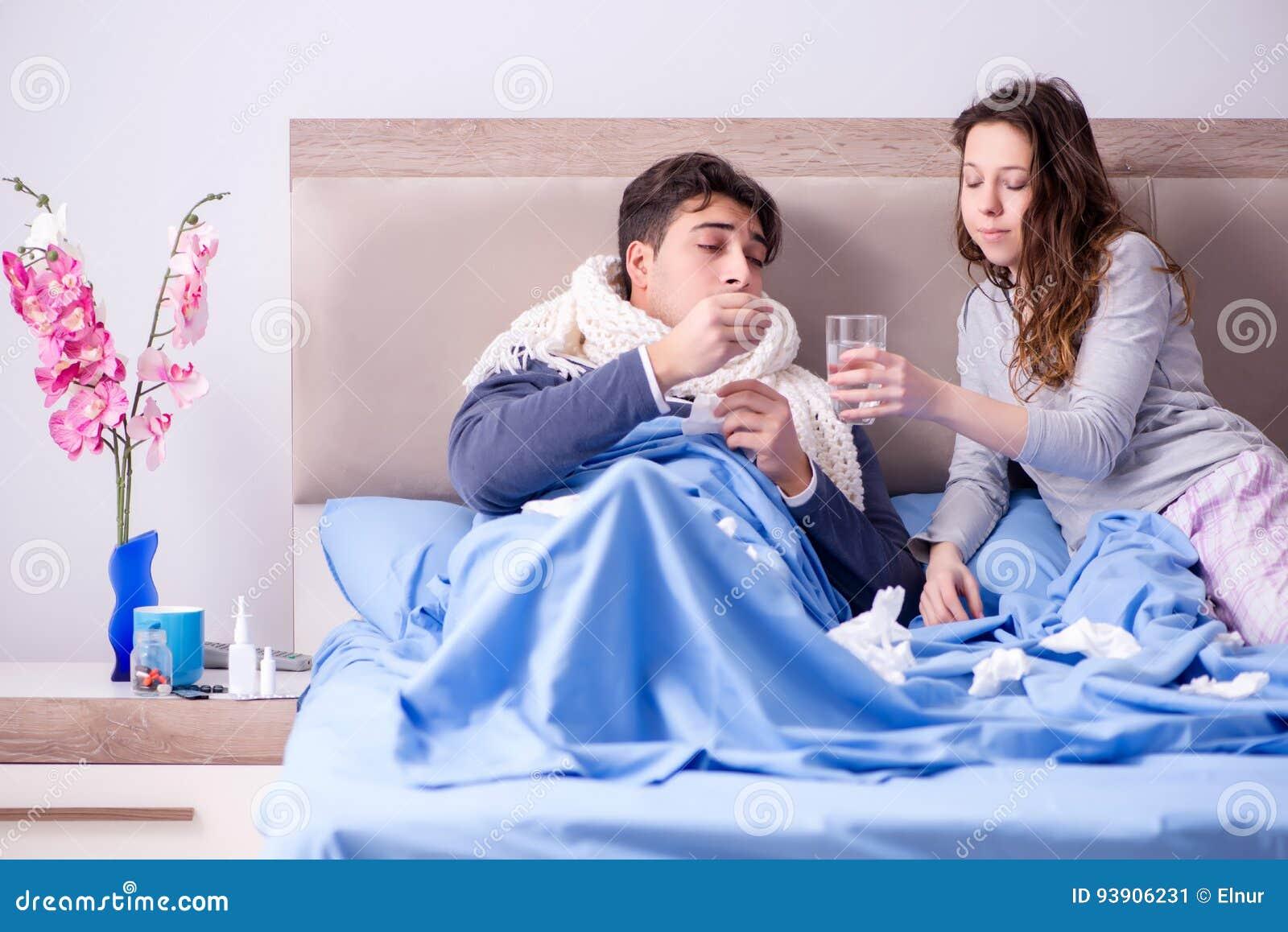 La moglie che si occupa del marito malato a casa a letto immagine stock immagine 93906231 - Giochi che si baciano a letto ...