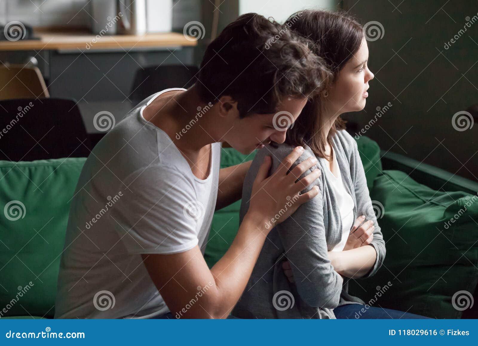 La moglie irritata di scusa del marito che dice la scusa spiacente per è