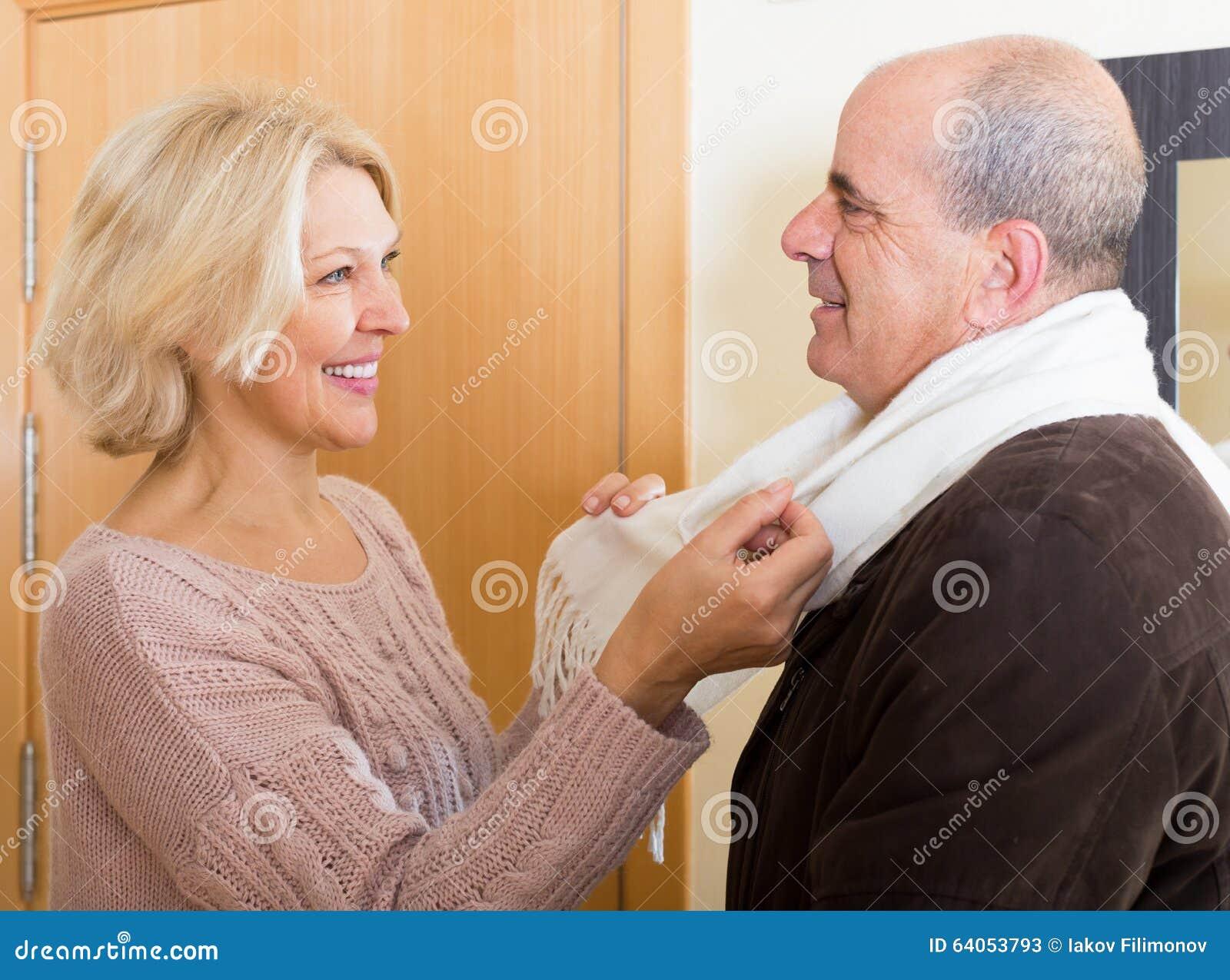 La moglie prende la cura circa il marito immagine stock - Video marito porta la moglie a scopare ...