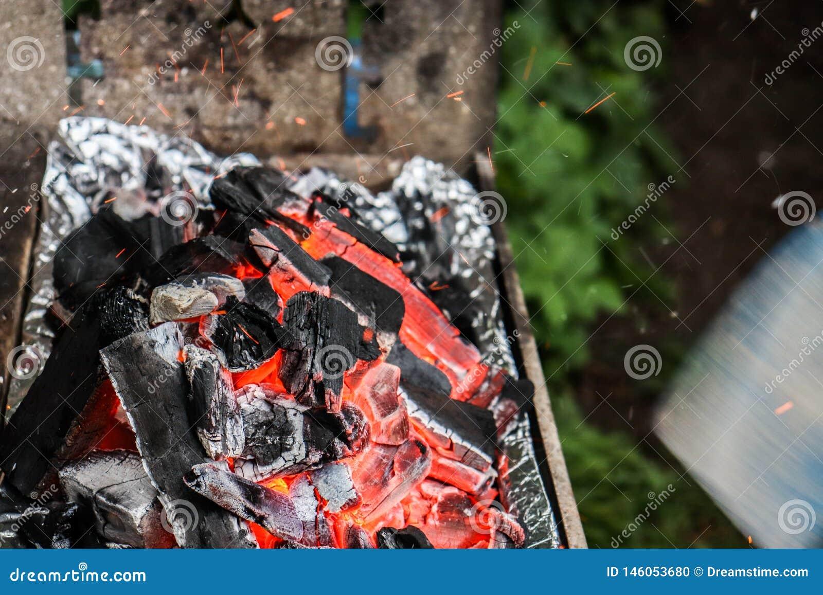 La moitié a brûlé le charbon avec des étincelles volant autour
