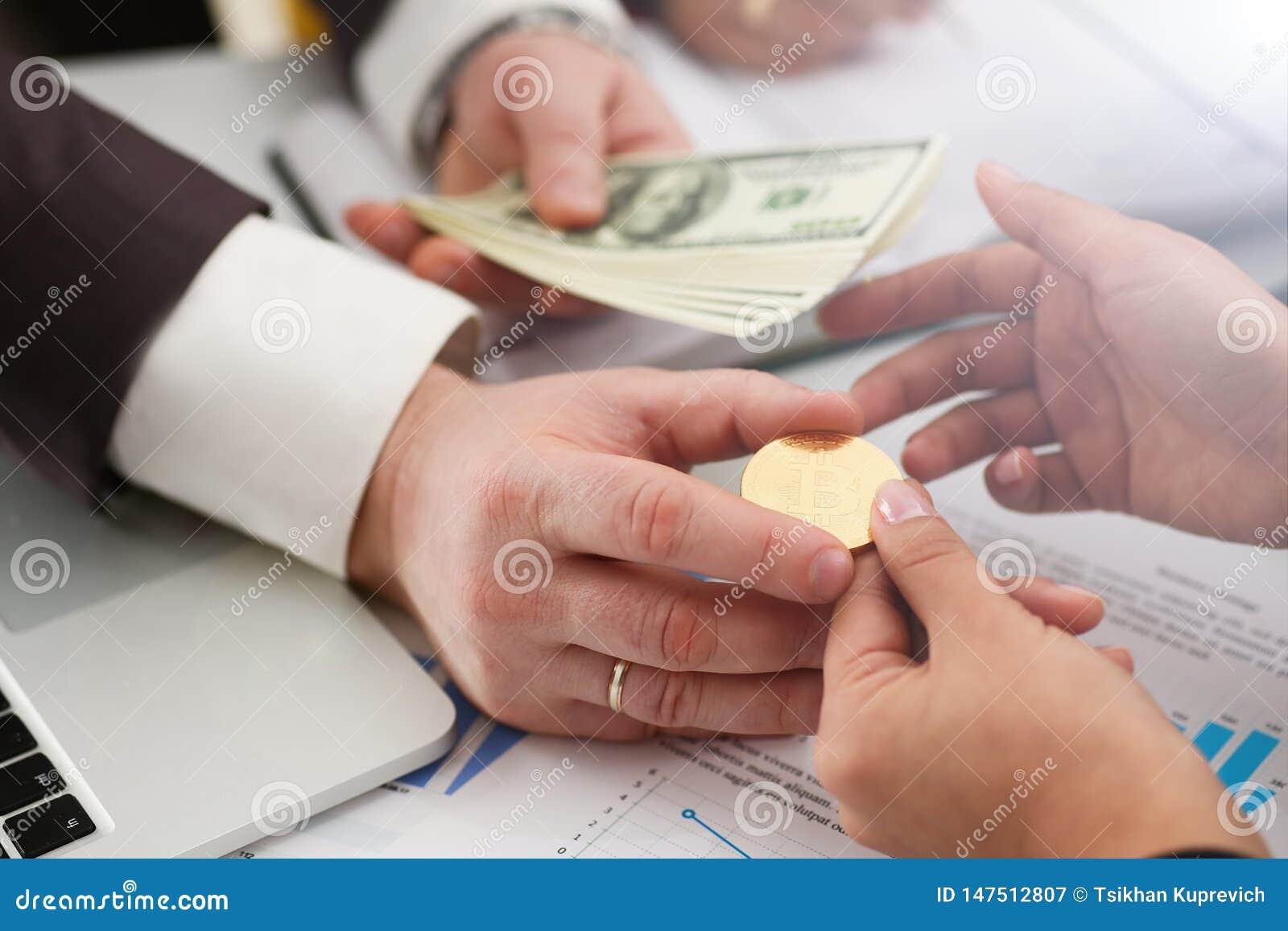 La moneda del cambio de los hombres de negocios hace el dinero acertado del control del trato en armas