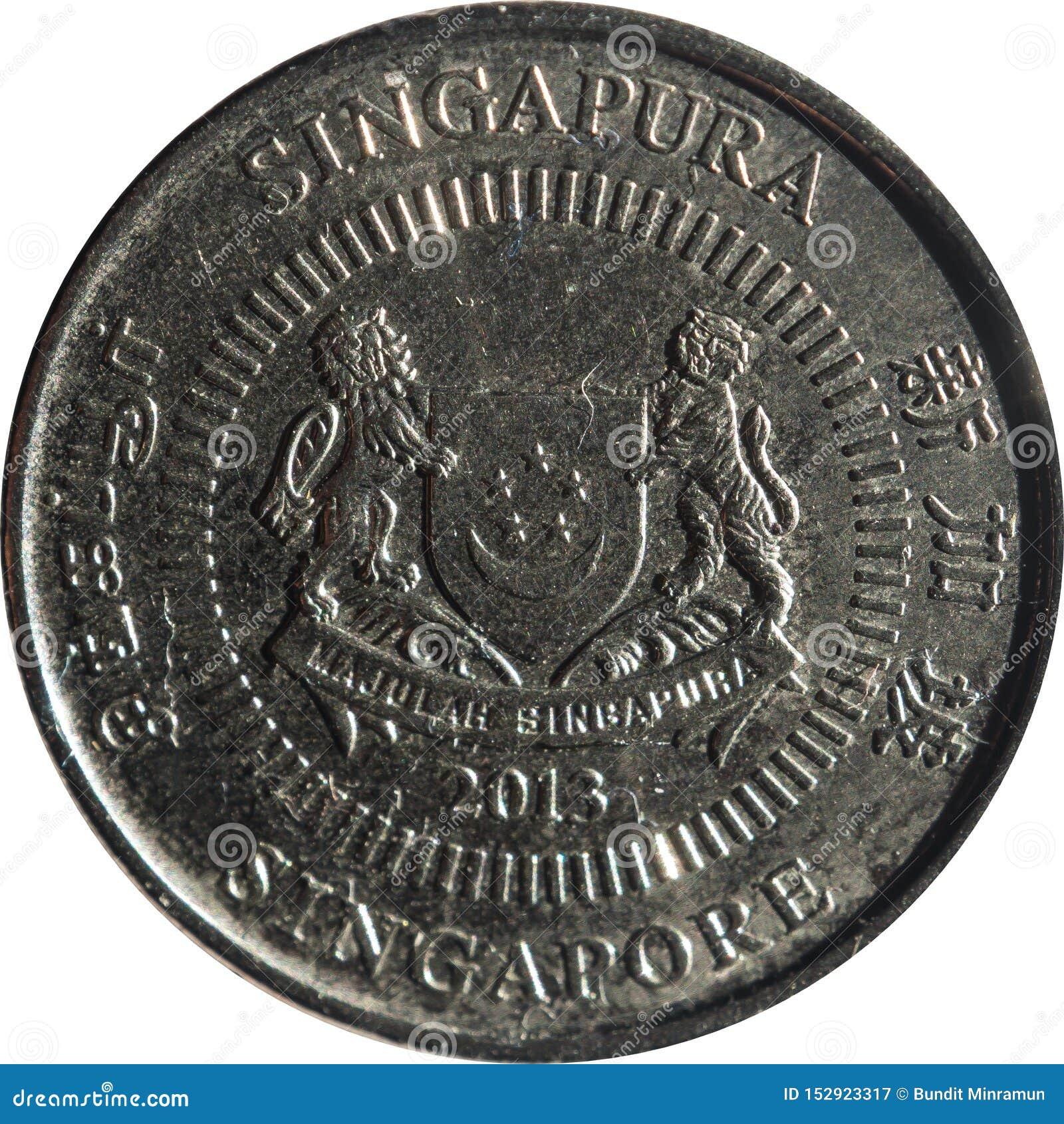La moneda del cinco-centavo de Singapur ofrece el emblema con la fecha debajo y 'Singapur 'en cuatro lados en inglés, Tamil, chin