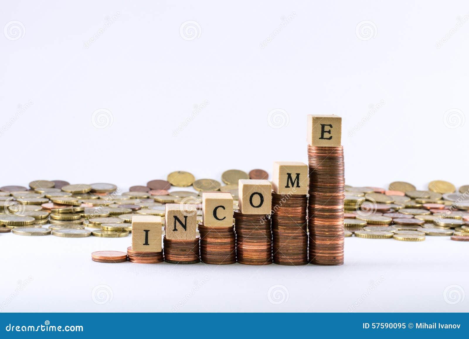La moneda euro acuña la formación de una escala con los cubos de madera que terminan la renta de la palabra