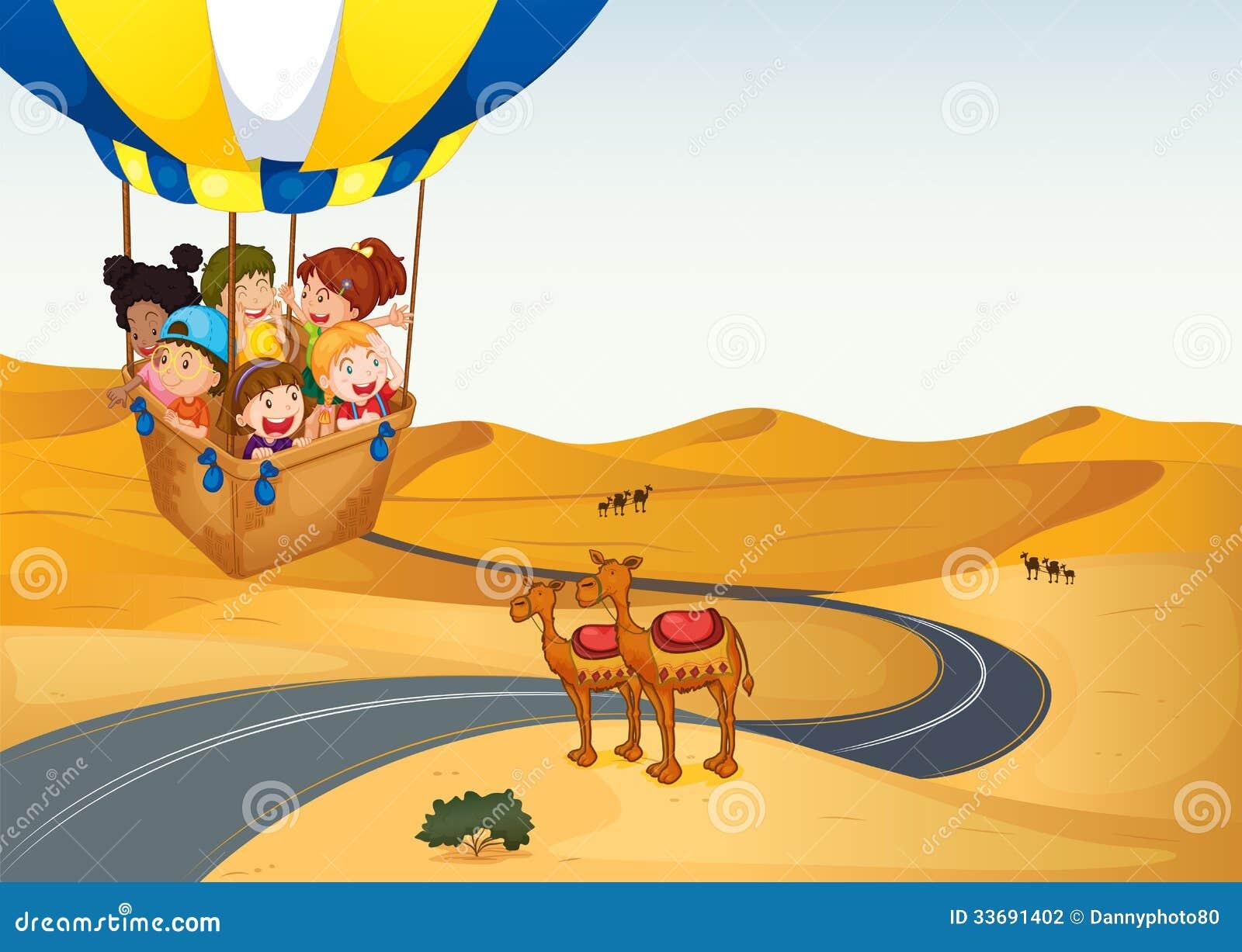 La mongolfiera con i bambini al deserto