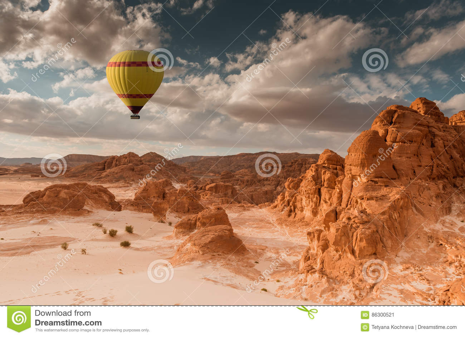 La mongolfiera scruta il deserto