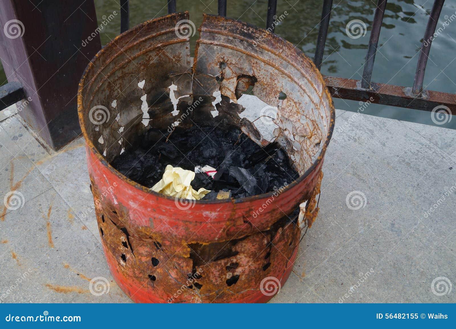 La monnaie fiduciaire brûlante de seau de fer