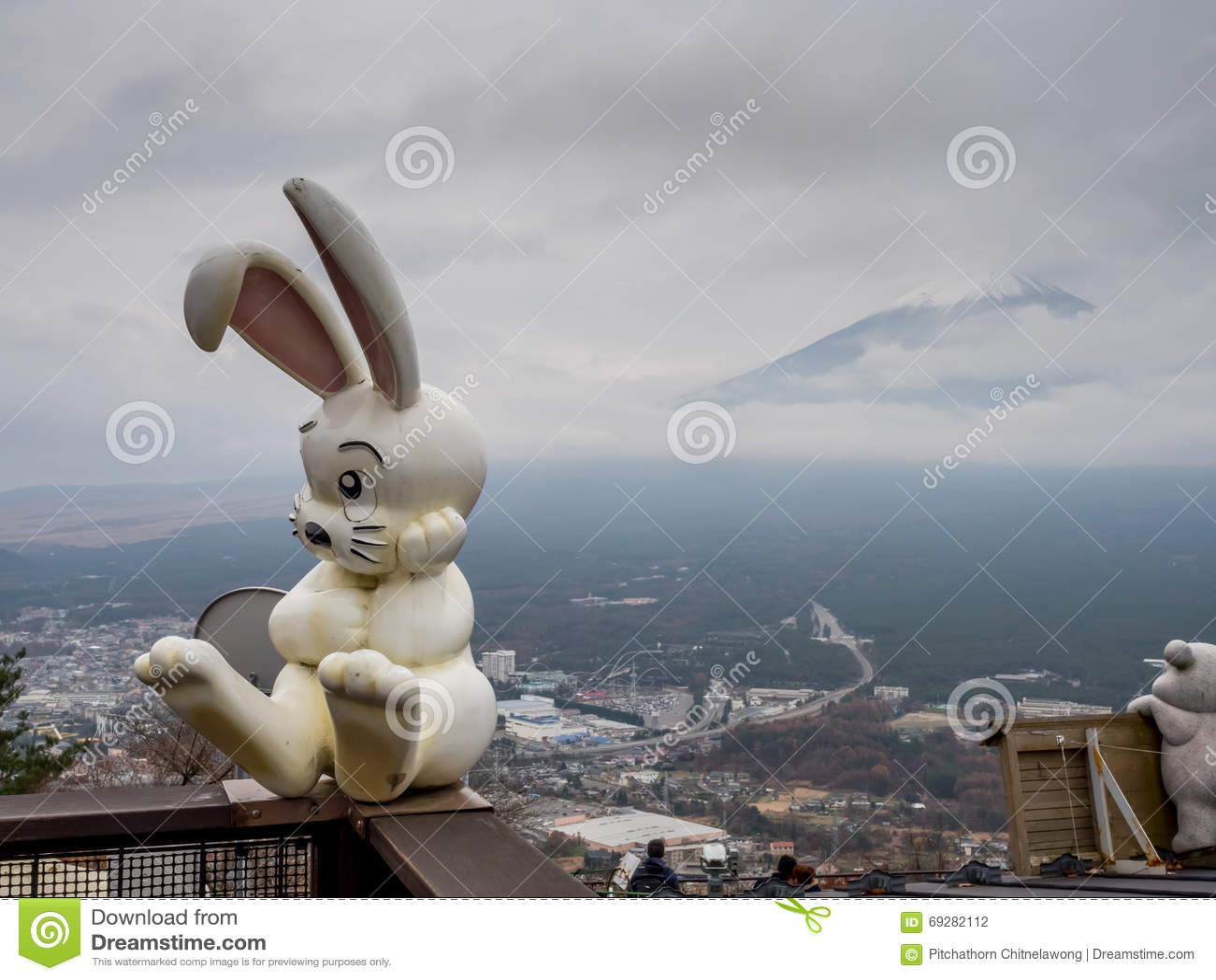 La montaña de Fuji oculta en nube