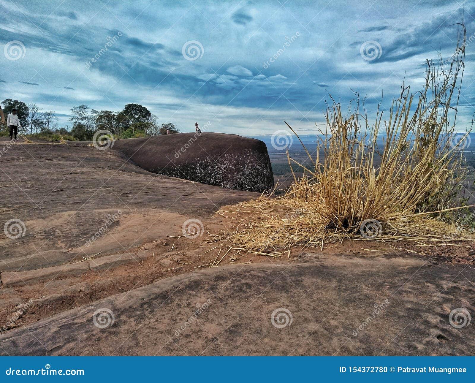La montaña de piedra grande y el cielo en la provincia de Bueng Kan de Tailandia