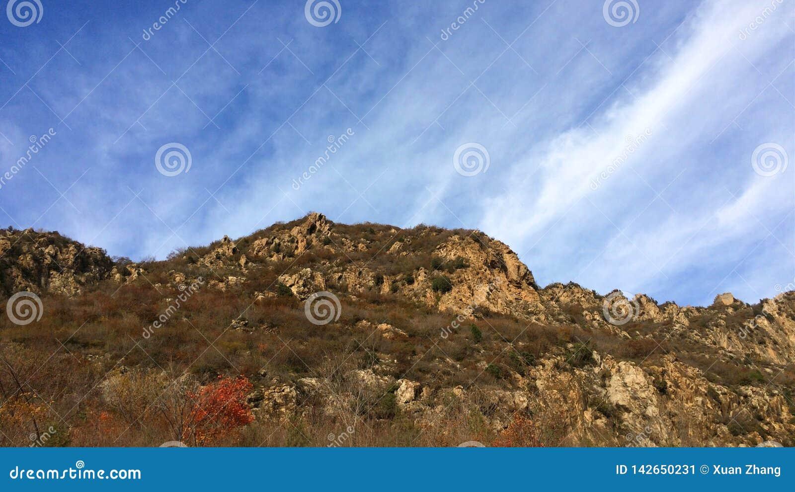La montaña en el pie de la Gran Muralla de Jinshanling