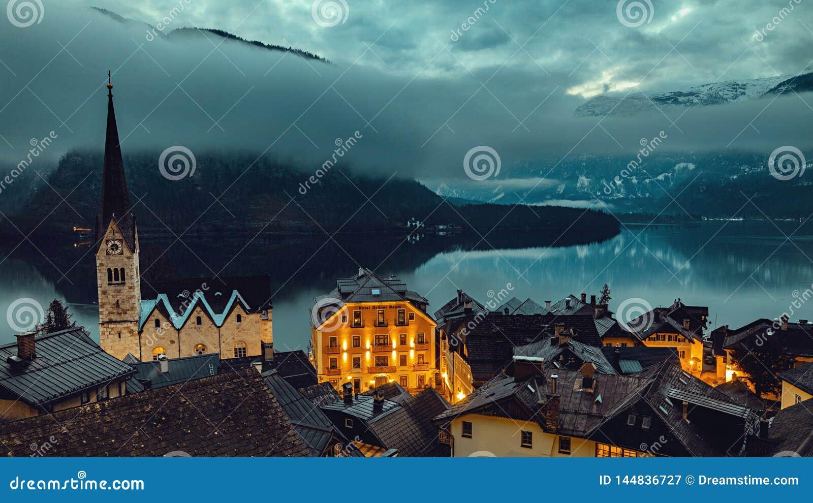 La montaña icónica remata cerca del lago en las montañas