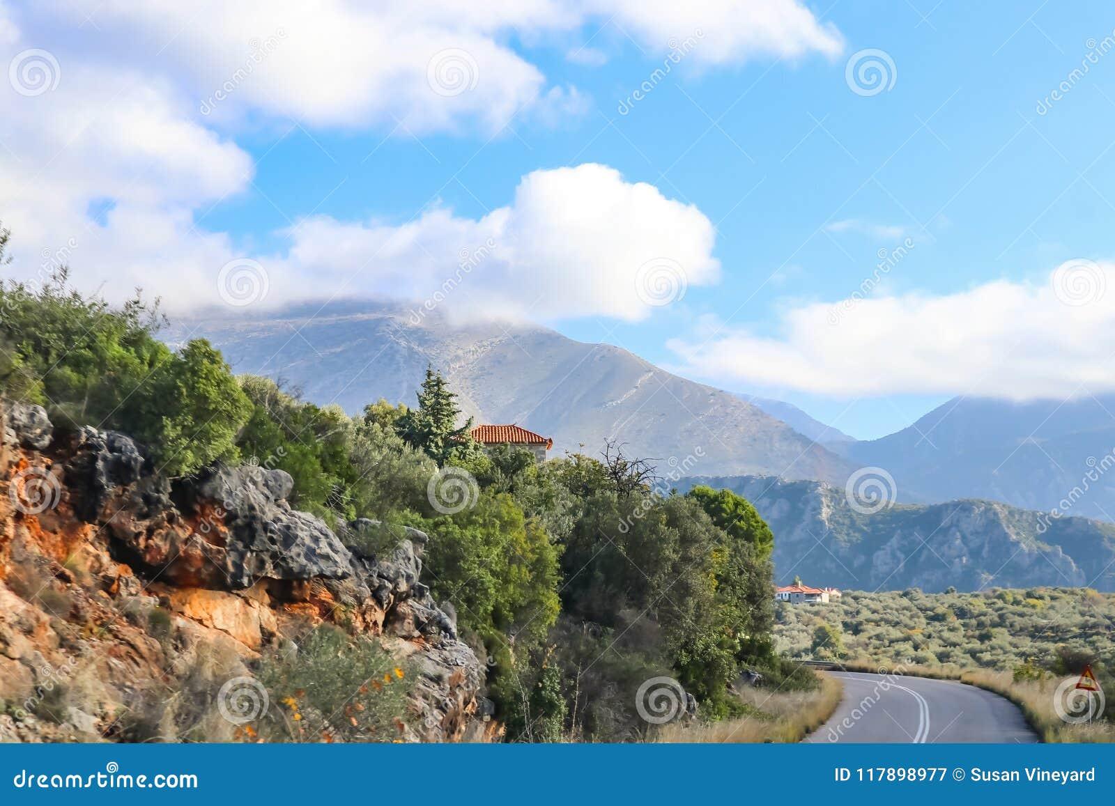 La montaña rusa en carretera de dos calles pavimentada a través de la cordillera de Taygetus en el Peloponeso en Grecia con la te