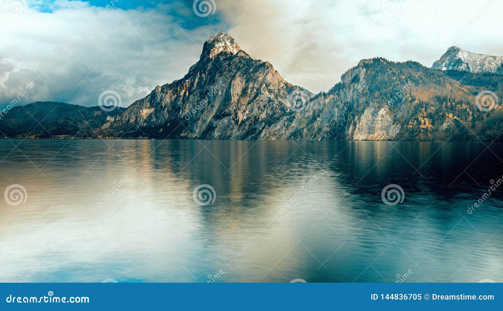 La montagne iconique complète près du lac en Autriche