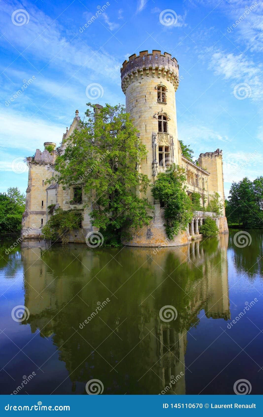 La Mothe Chandeniers, fairytale ruin of a french castle