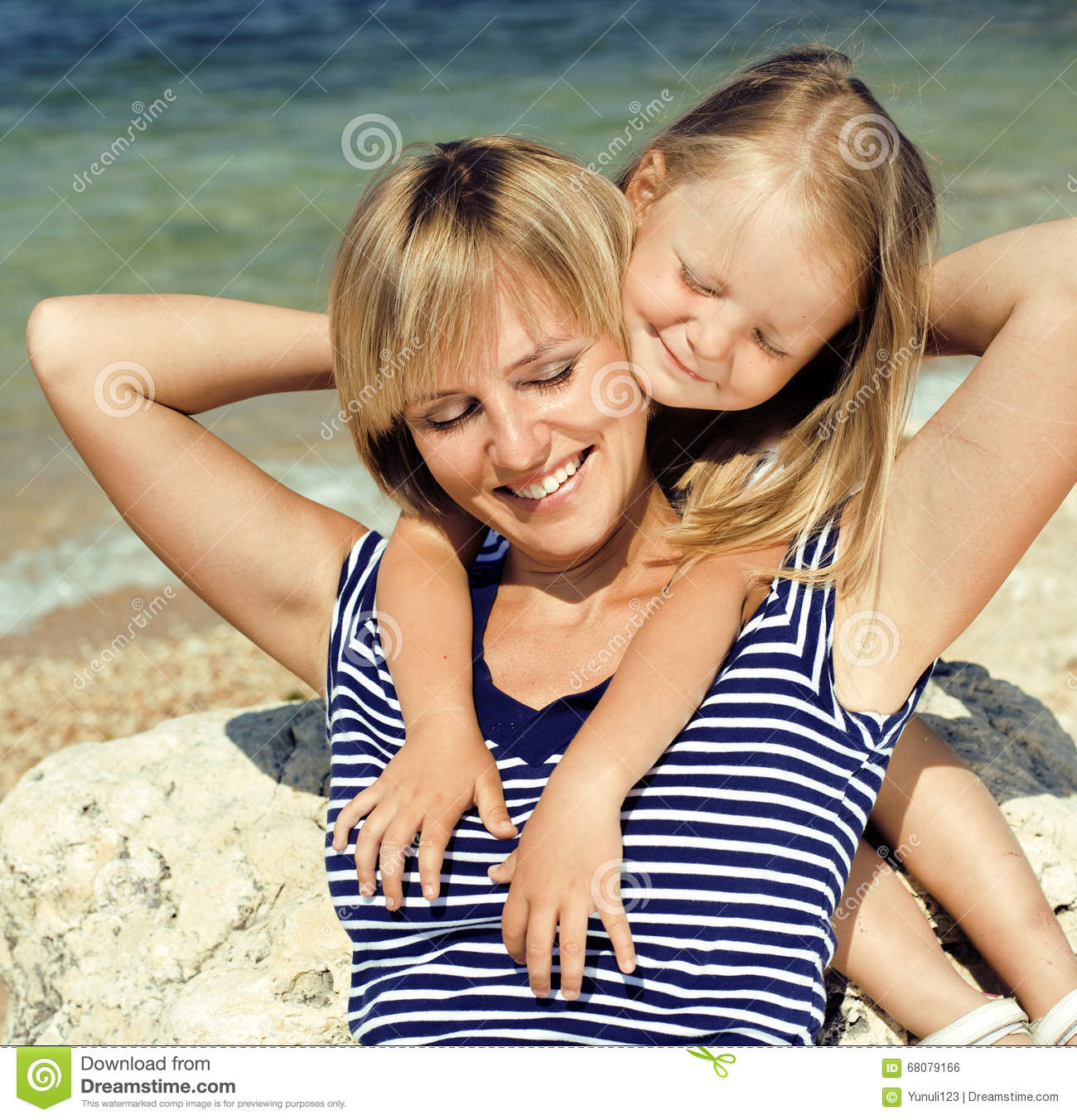 La m re avec la fille en mer a co t ensemble vraie famille heureuse photo stock image 68079166 - Ensemble mere fille ...