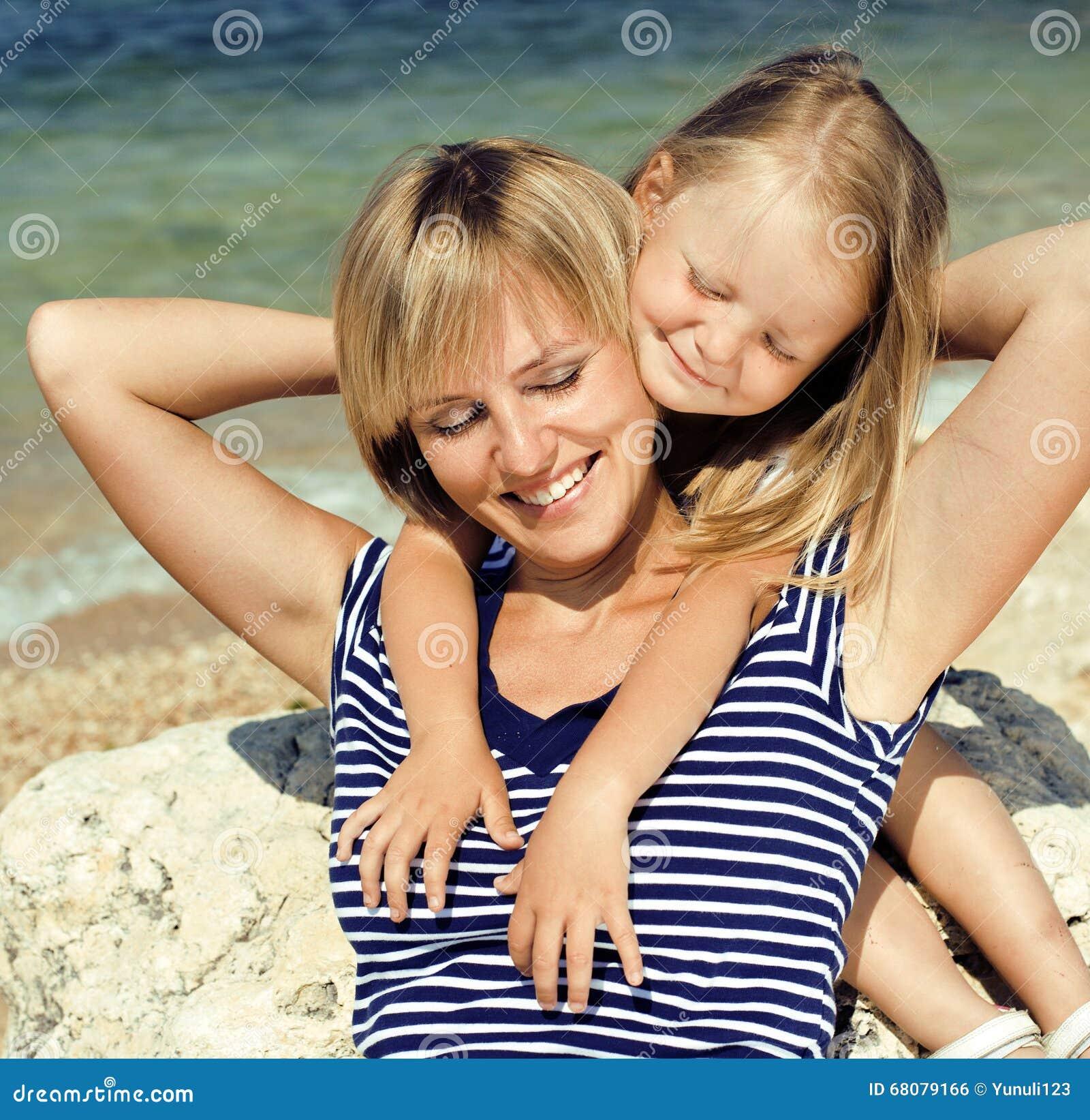 la m re avec la fille en mer a co t ensemble vraie famille heureuse photo stock image 68079166. Black Bedroom Furniture Sets. Home Design Ideas
