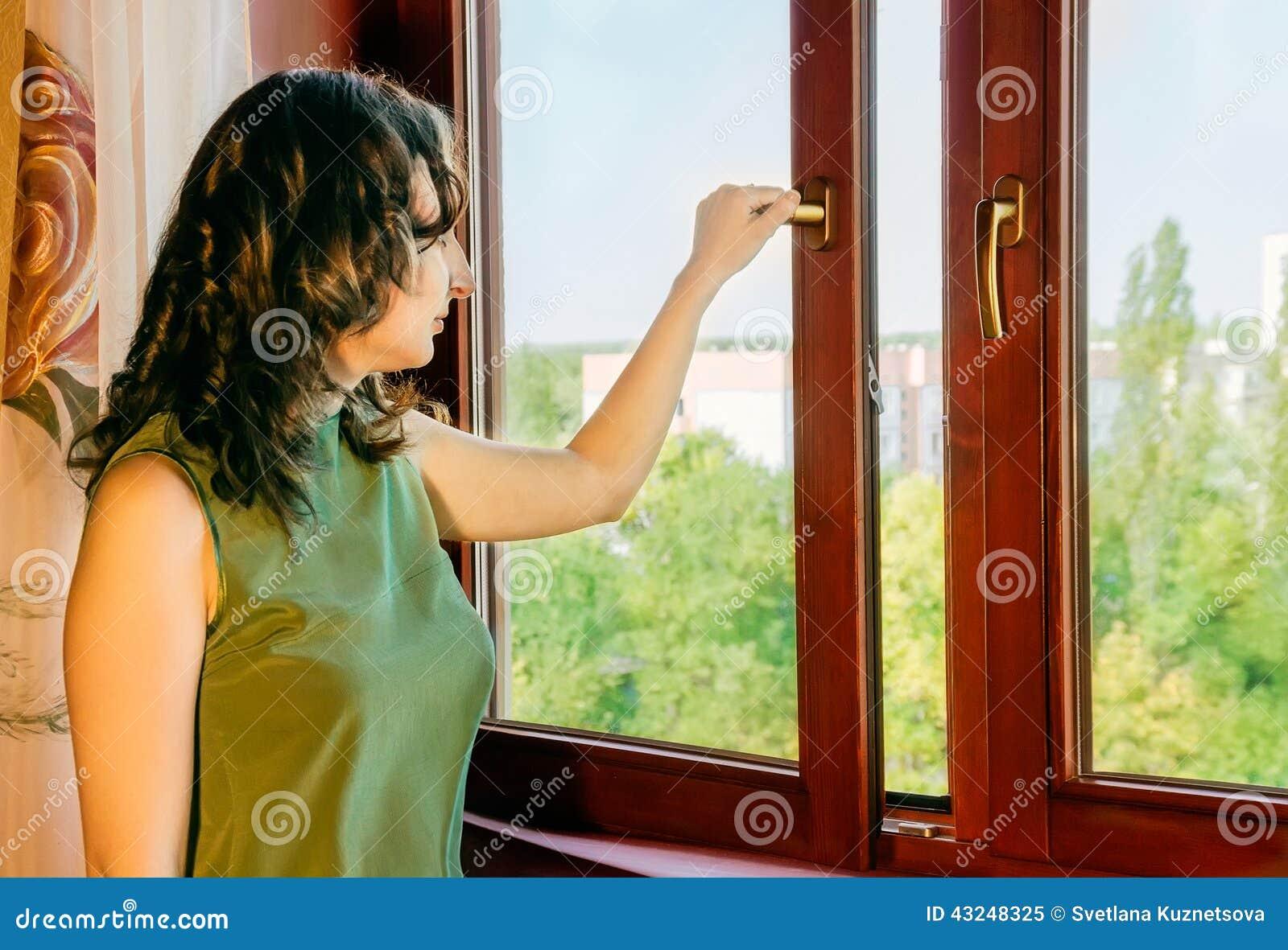 la muchacha abre la ventana foto de archivo imagen 43248325