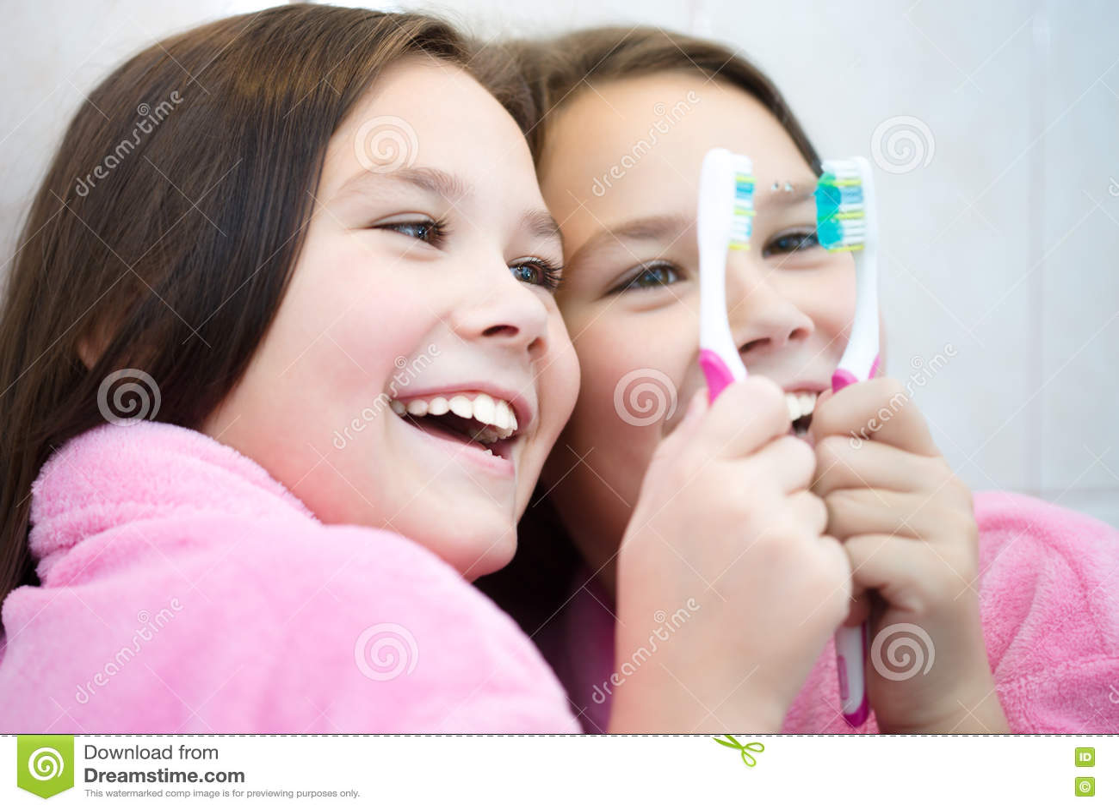 La muchacha aplica sus dientes con brocha