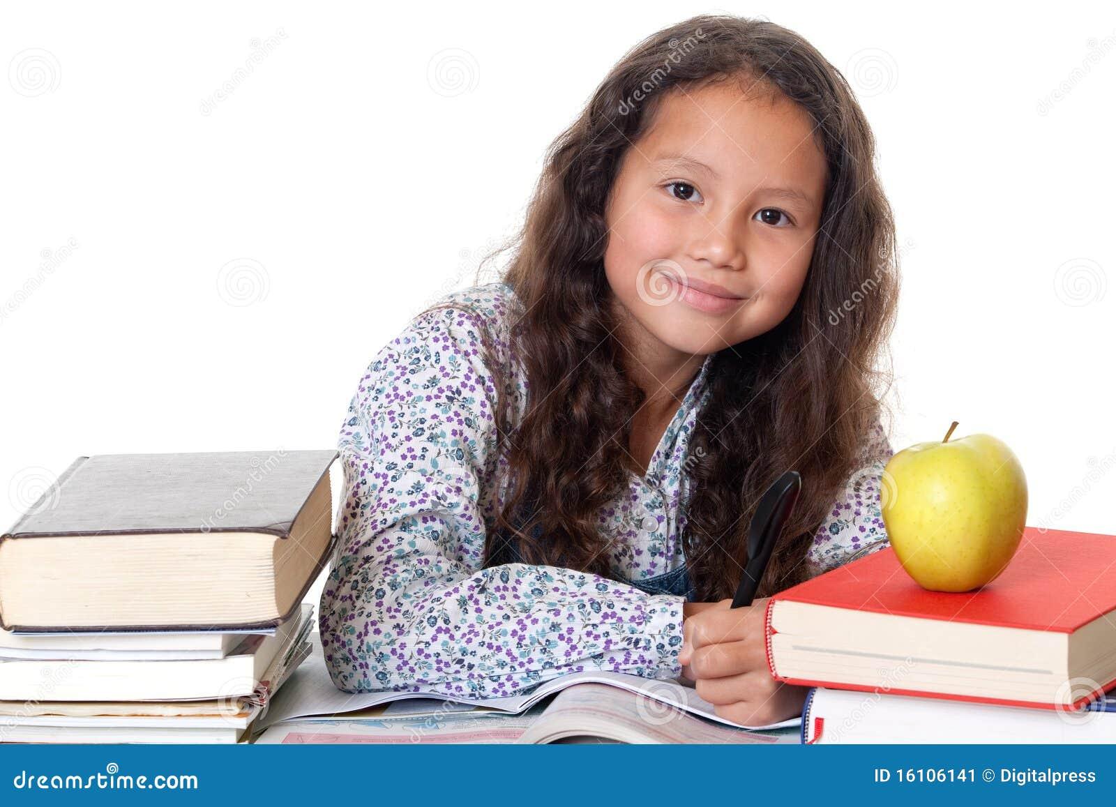 La muchacha aprende para la escuela