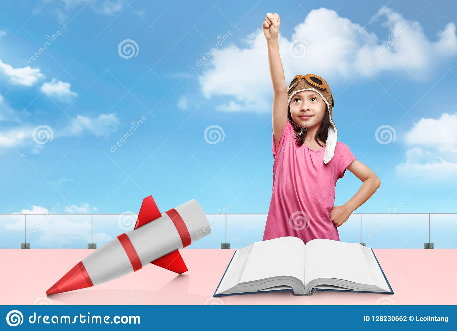 5980191c9bcdd La muchacha asiática alegre con el casquillo del aviador se imagina como  piloto