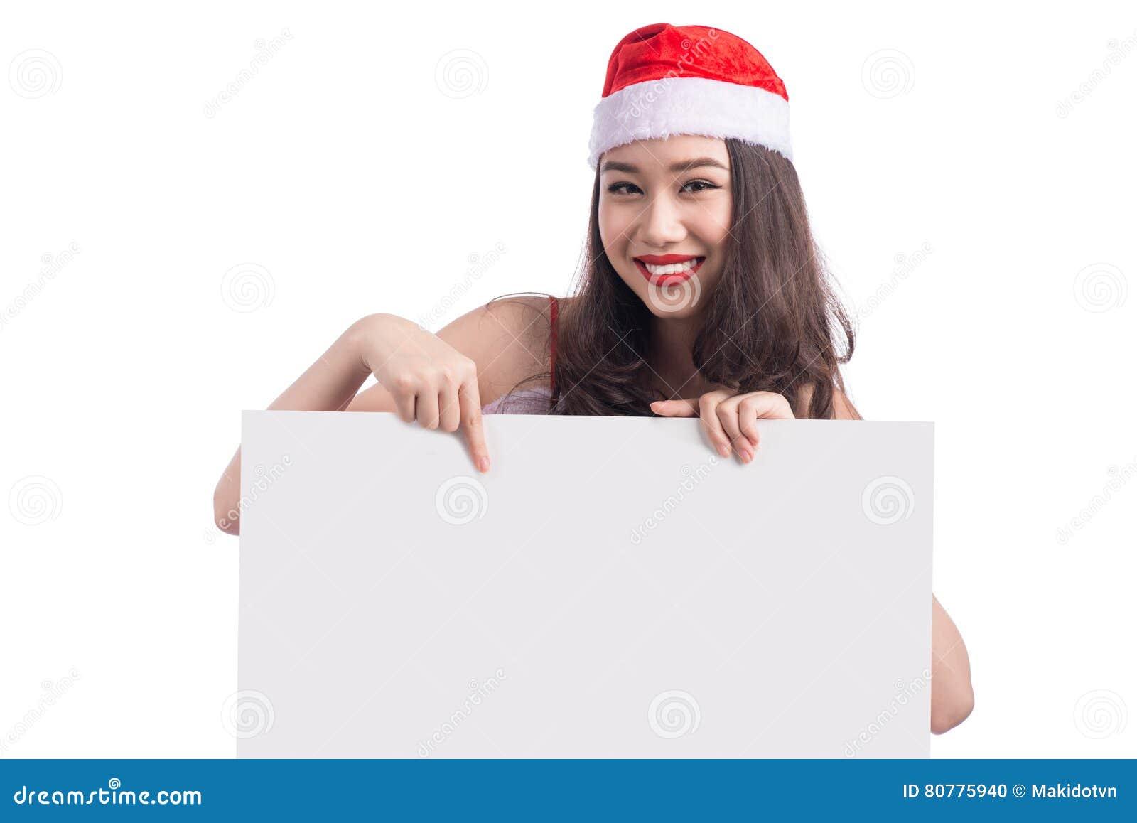 La muchacha asiática de la Navidad con Santa Claus viste llevar a cabo la muestra en blanco