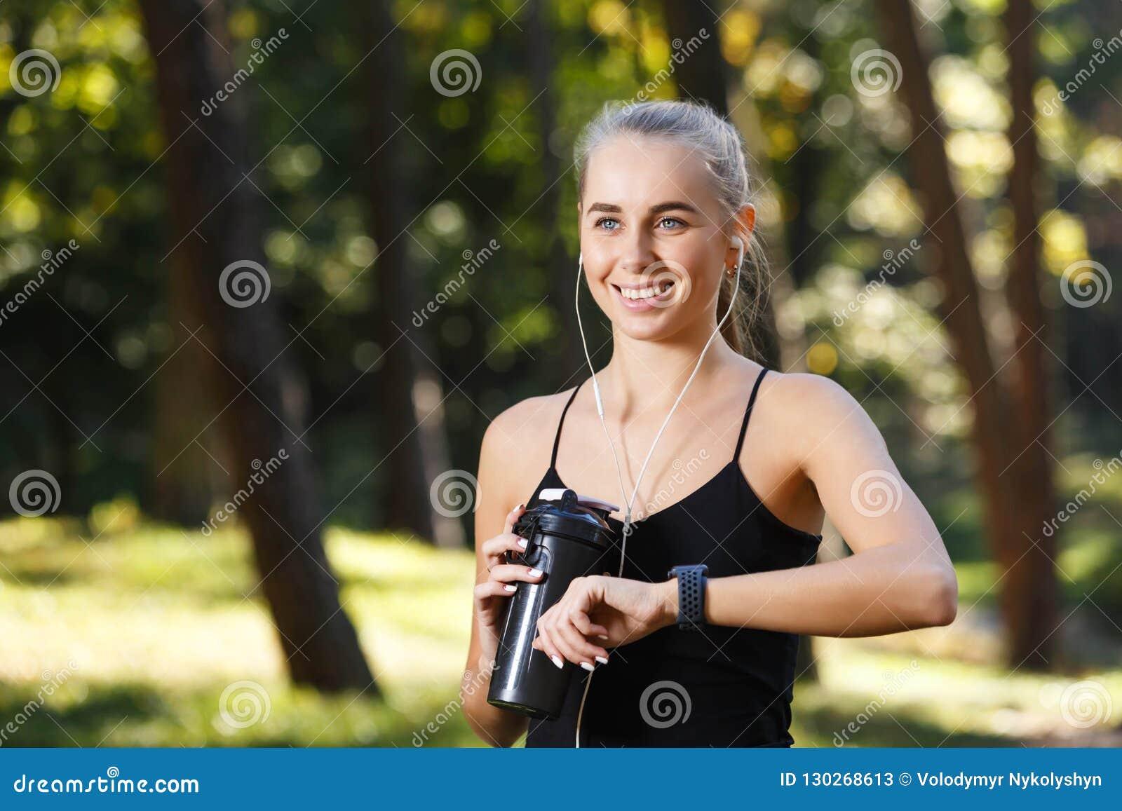 La muchacha atlética con los deportes mira